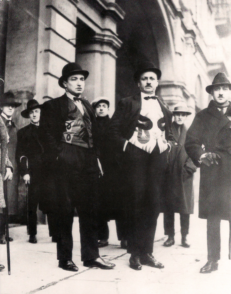 1924. Фортунато Деперо, Маринетти и Франческо Канджулло в футуристических жилетах. 14 января