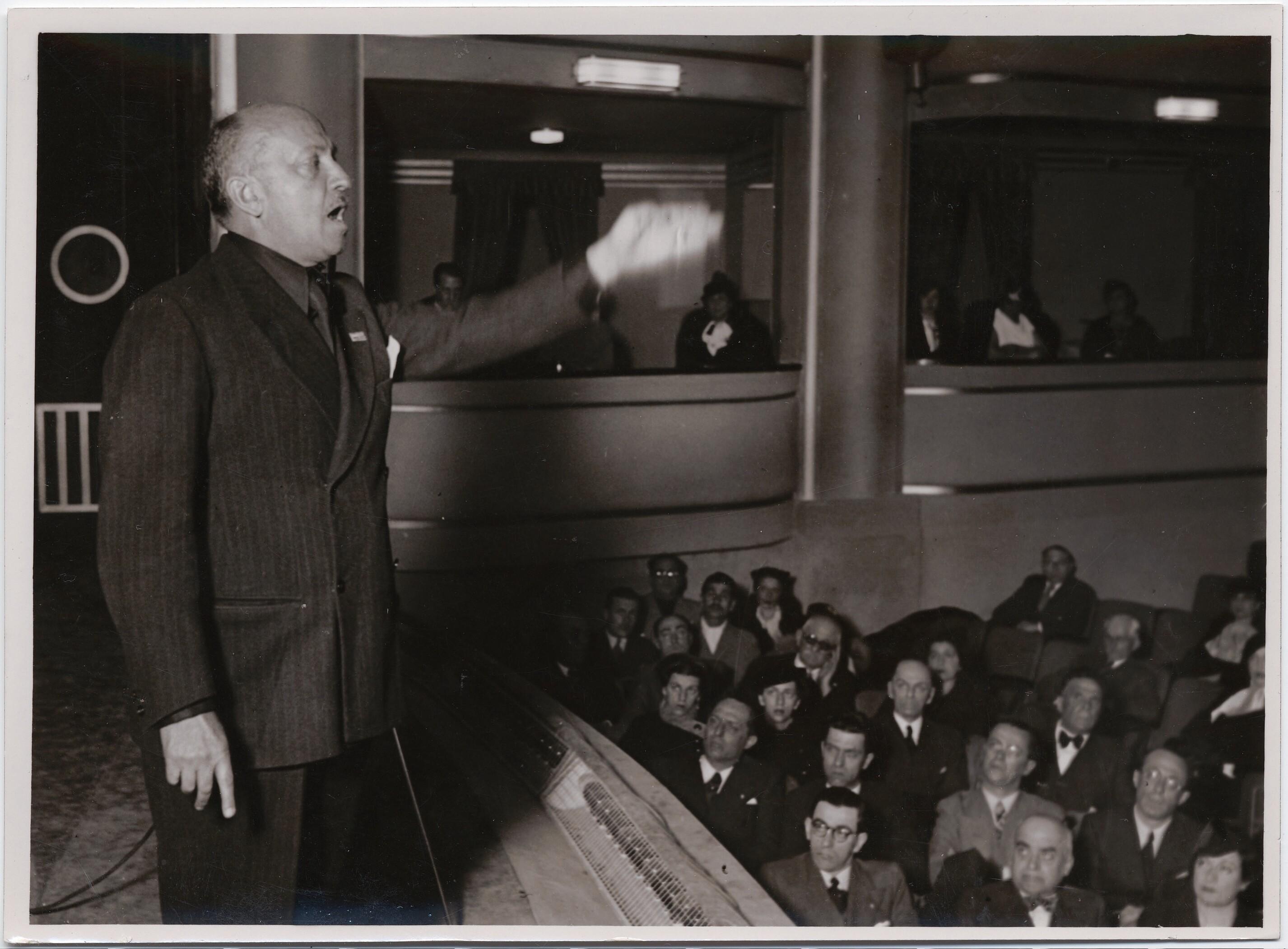 1926. Буэнос Айрес. Маринетти выступает перед публикой