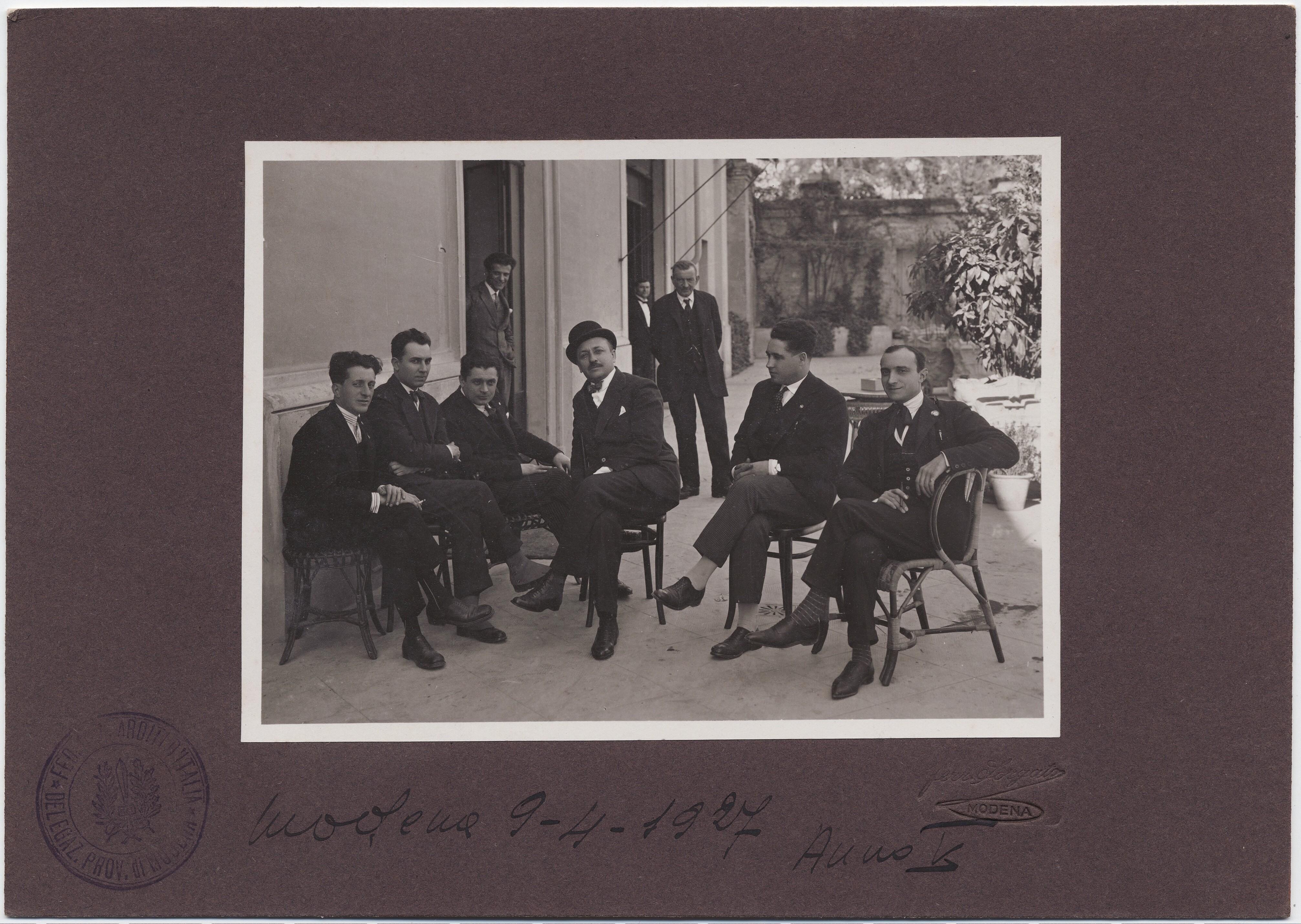 1927. Модена. Филиппо Томмазо Маринетти вместе с группой молодых людей
