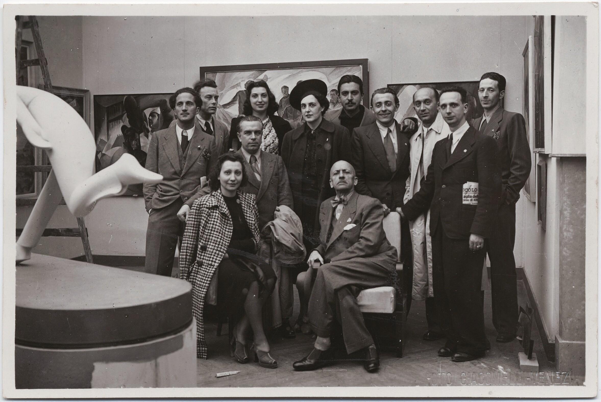 Венеция. Филиппо Томмазо Маринетти, Бенедетта Каппа Маринетти и Бруно Г. Санзин с другими на художественной выставке