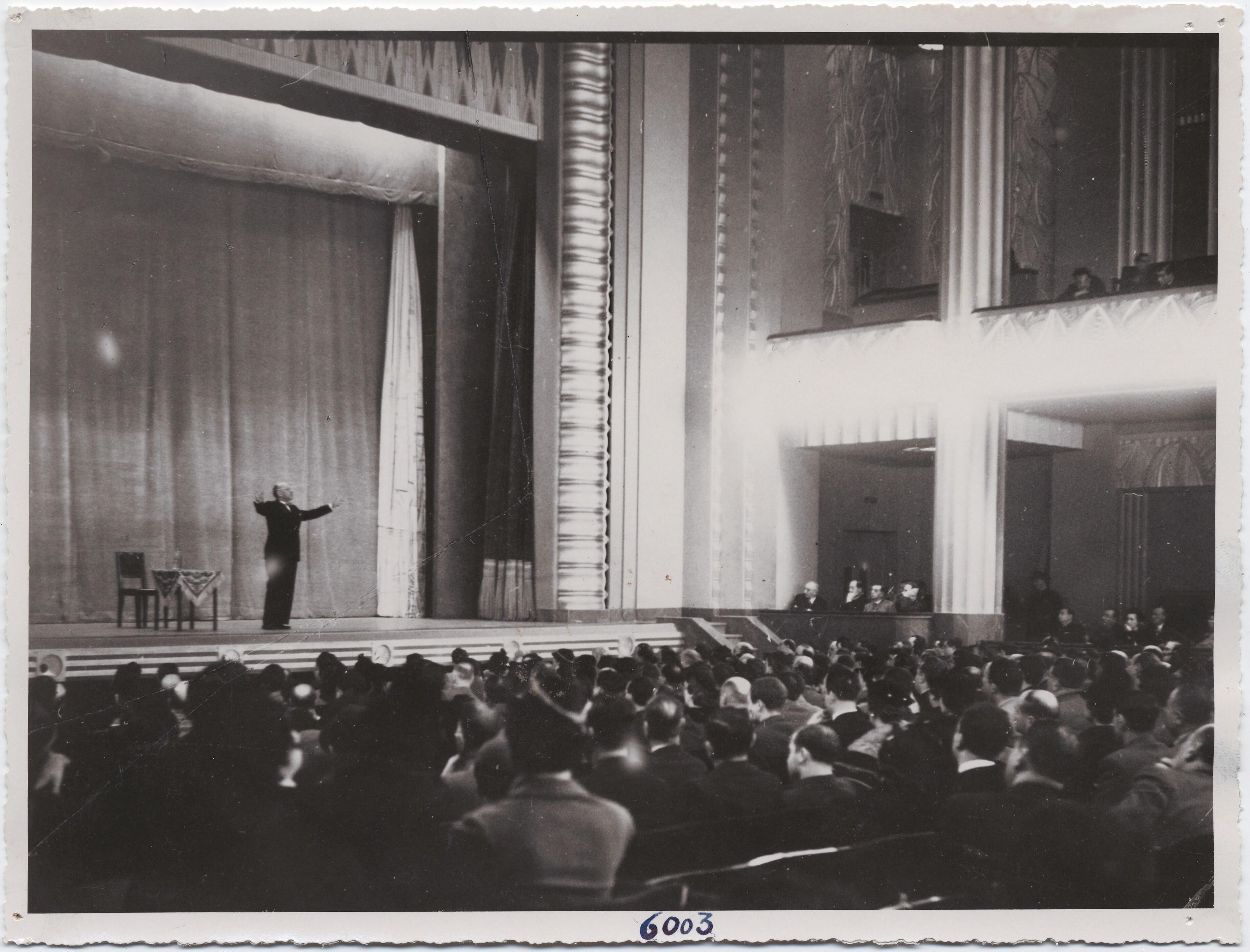 1927. Тунис. Маринетти выступает перед публикой