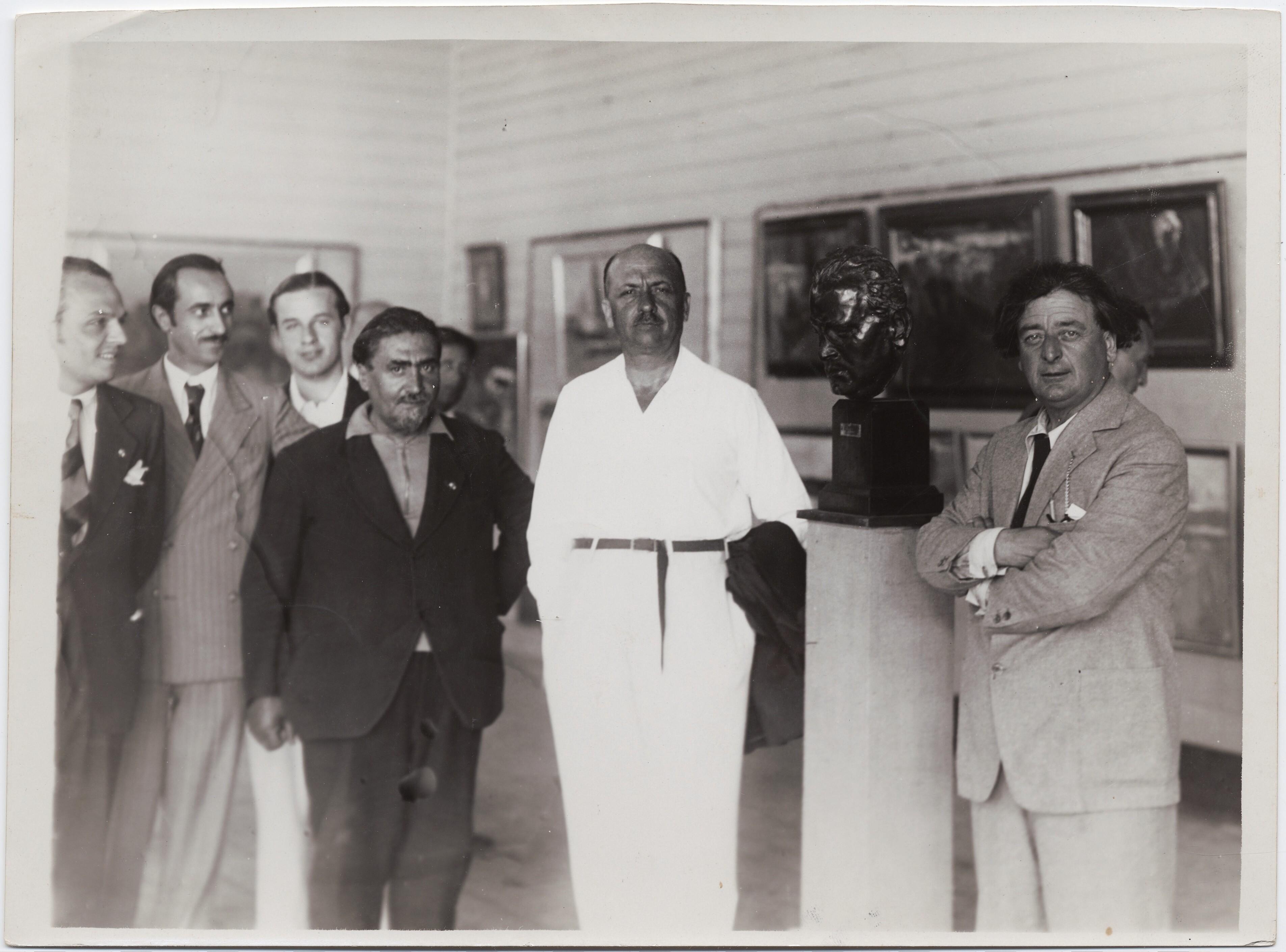 1932. Виареджо. Маринетти с несколькими мужчинами на выставке