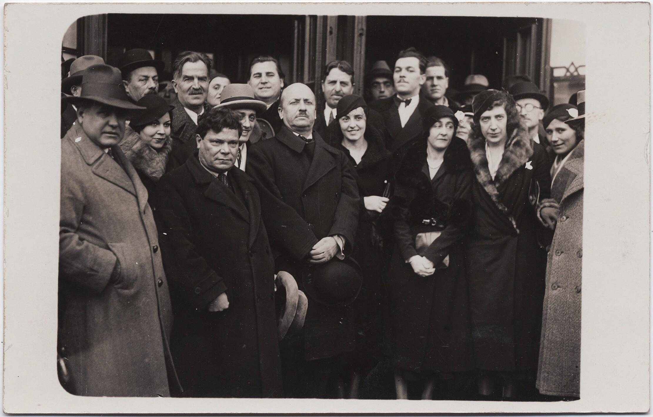 1932. София, Болгария. Маринетти и Бенедетта Каппа Маринетти в группе встречающих
