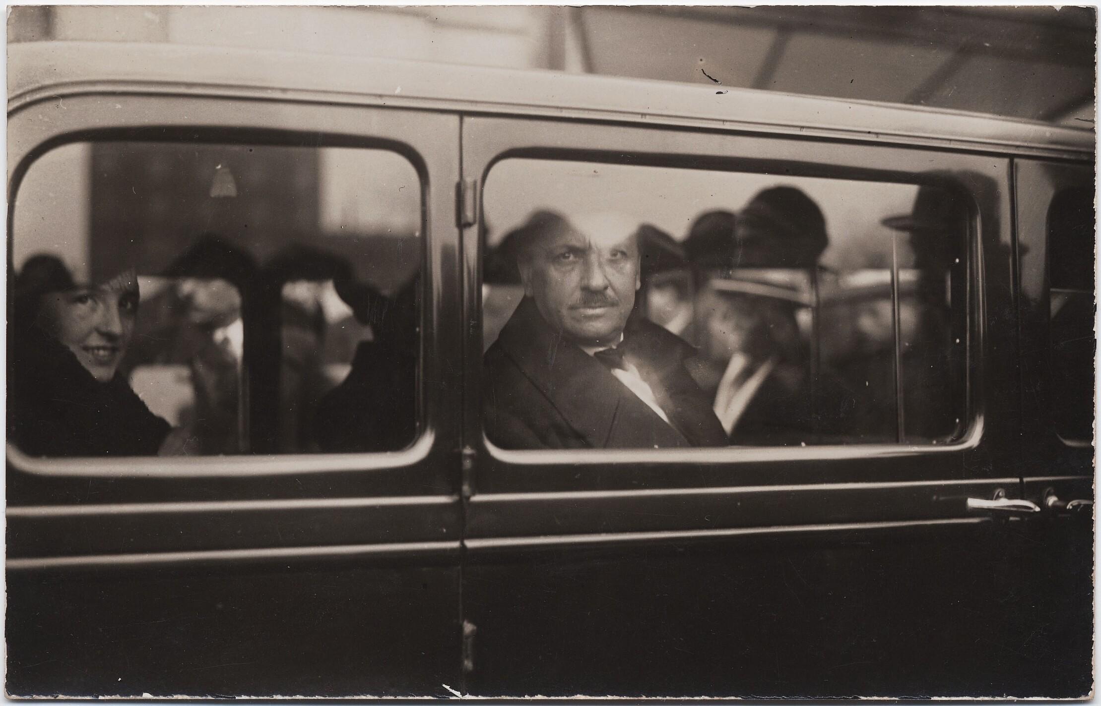 1932. Филиппо Томмазо Маринетти и Бенедетта Каппа Маринетти в машине