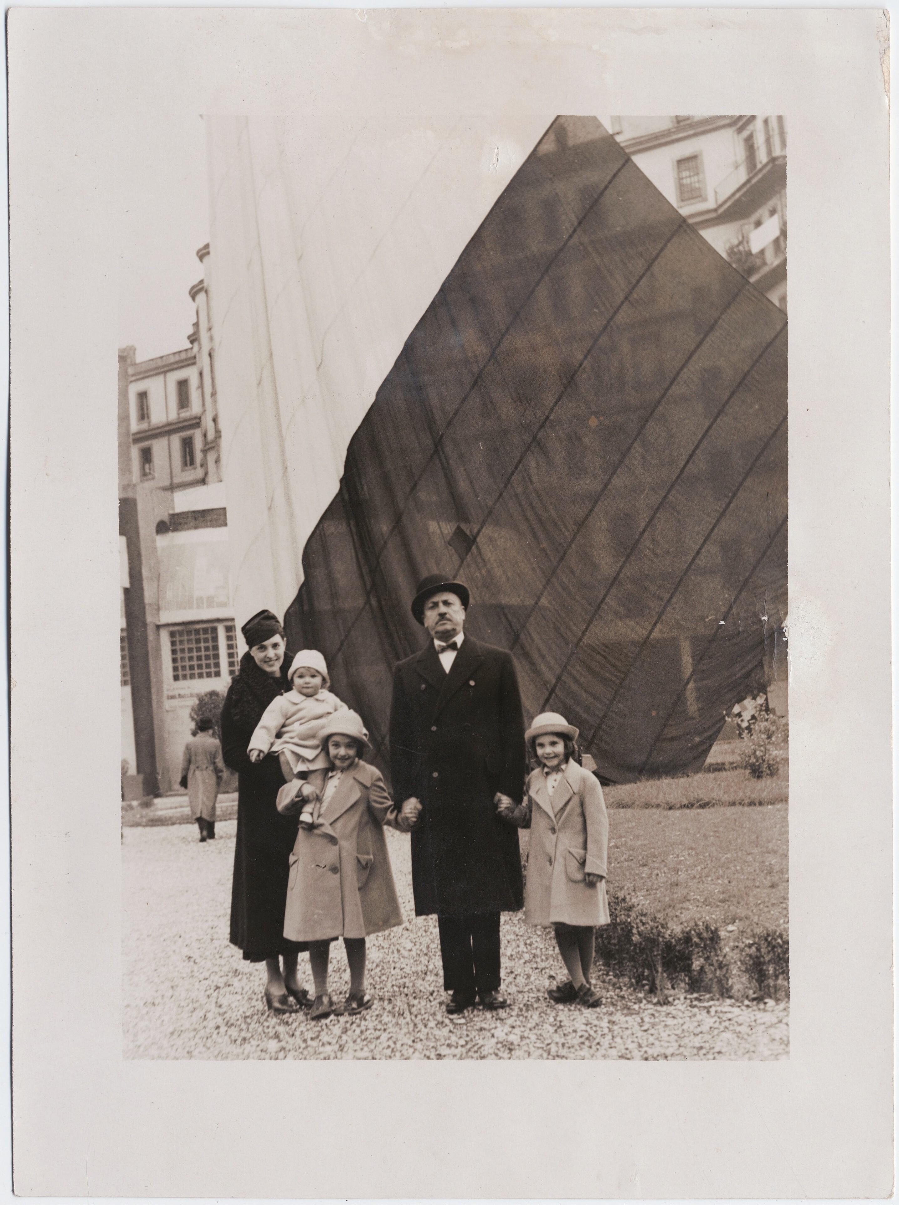 1934. Турин. Филиппо Томмазо Маринетти с семьёй на заводе Lingotto Fiat