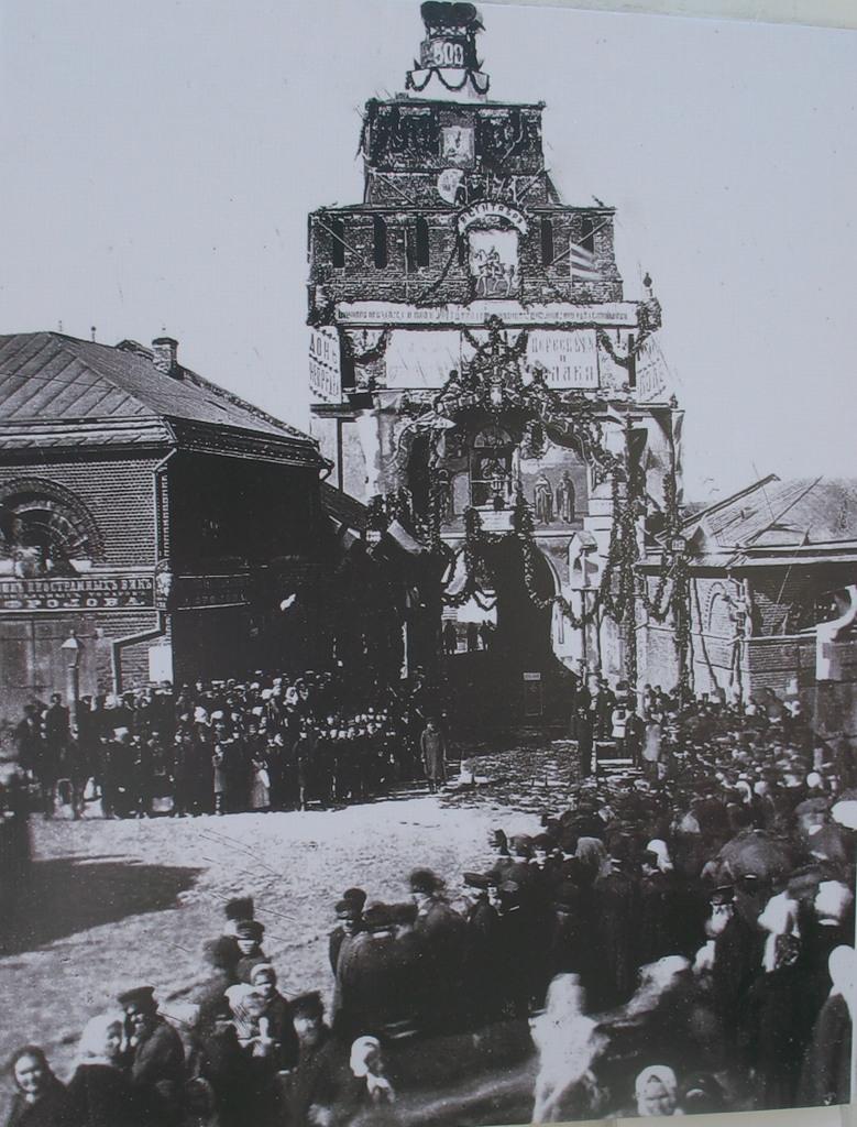 Праздничный молебен у Пятницких ворот. 1880