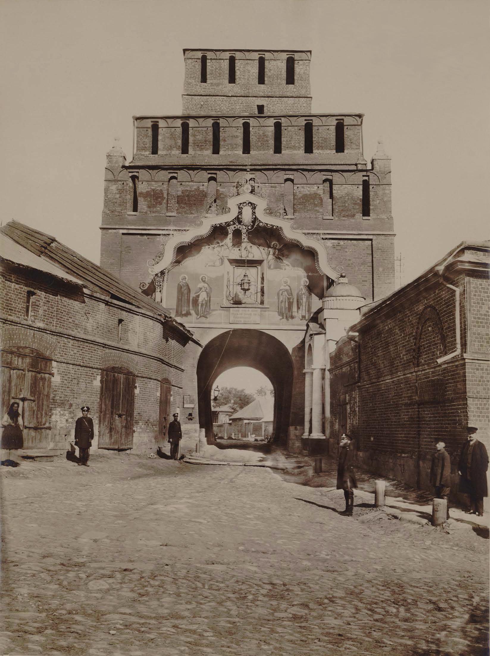 Пятницкие ворота Коломенского кремля (вид со стороны города) и Пятницкая часовня. 1894