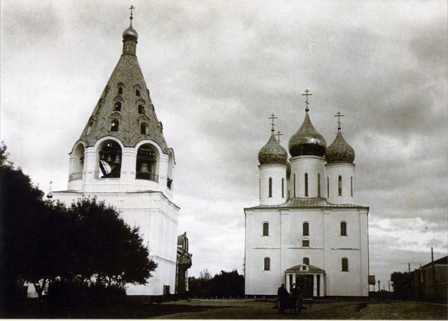 Соборная площадь. Колокольня и Успенский собор. 1896