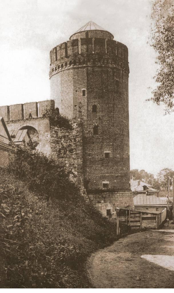 Вид на Коломенскую (Круглую наугольную) башню от Успенского спуска