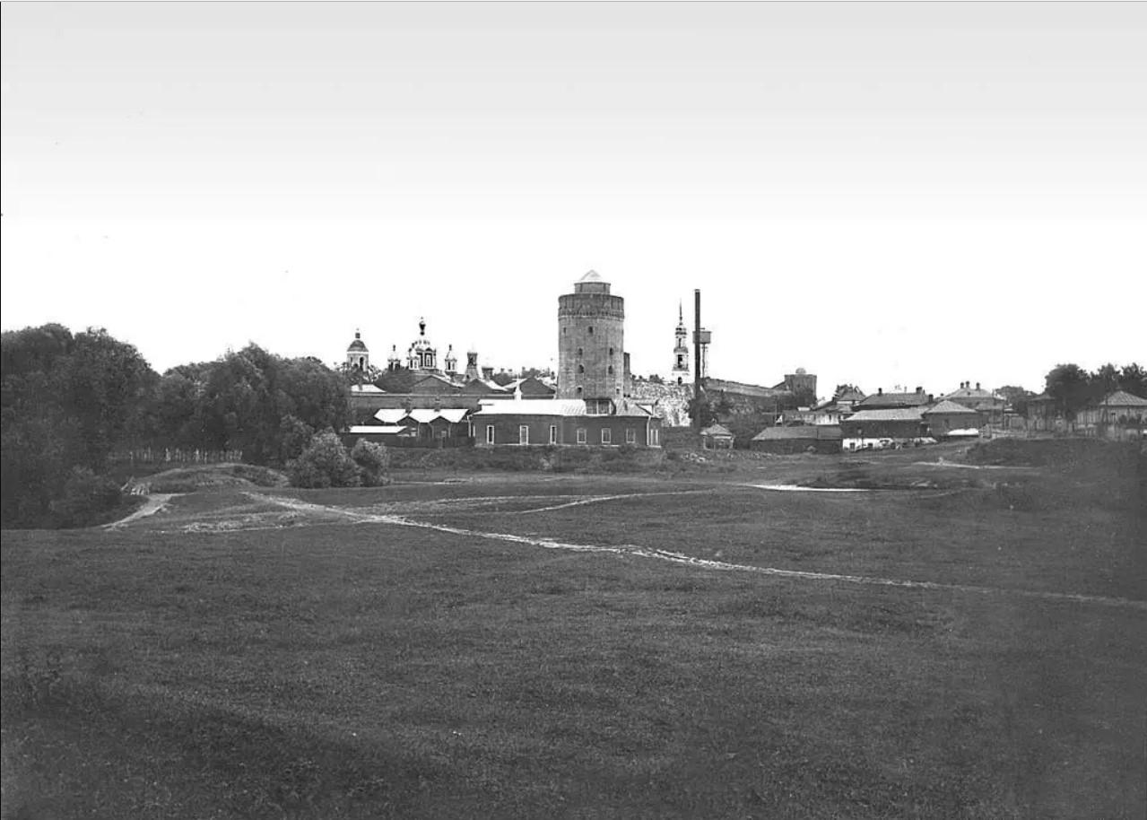 Вид на Коломенскую (Маринкину) башню с левого берега реки Коломенки