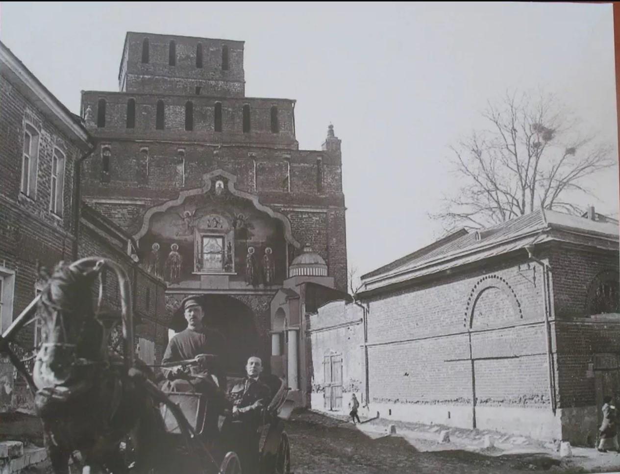 Вид на Пятницкие ворота Коломенского кремля и часовню св. Параскевы Пятницы