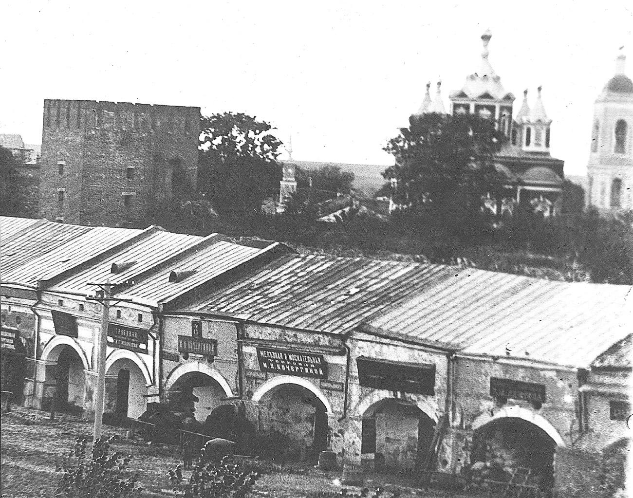 Вид с колокольни Спасо-Преображенского монастыря на Успенский Брусенский женский монастырь