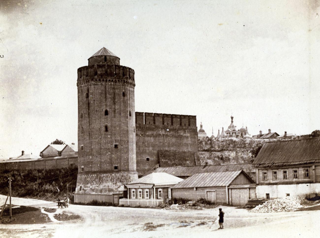 Коломенская башня и часть стены