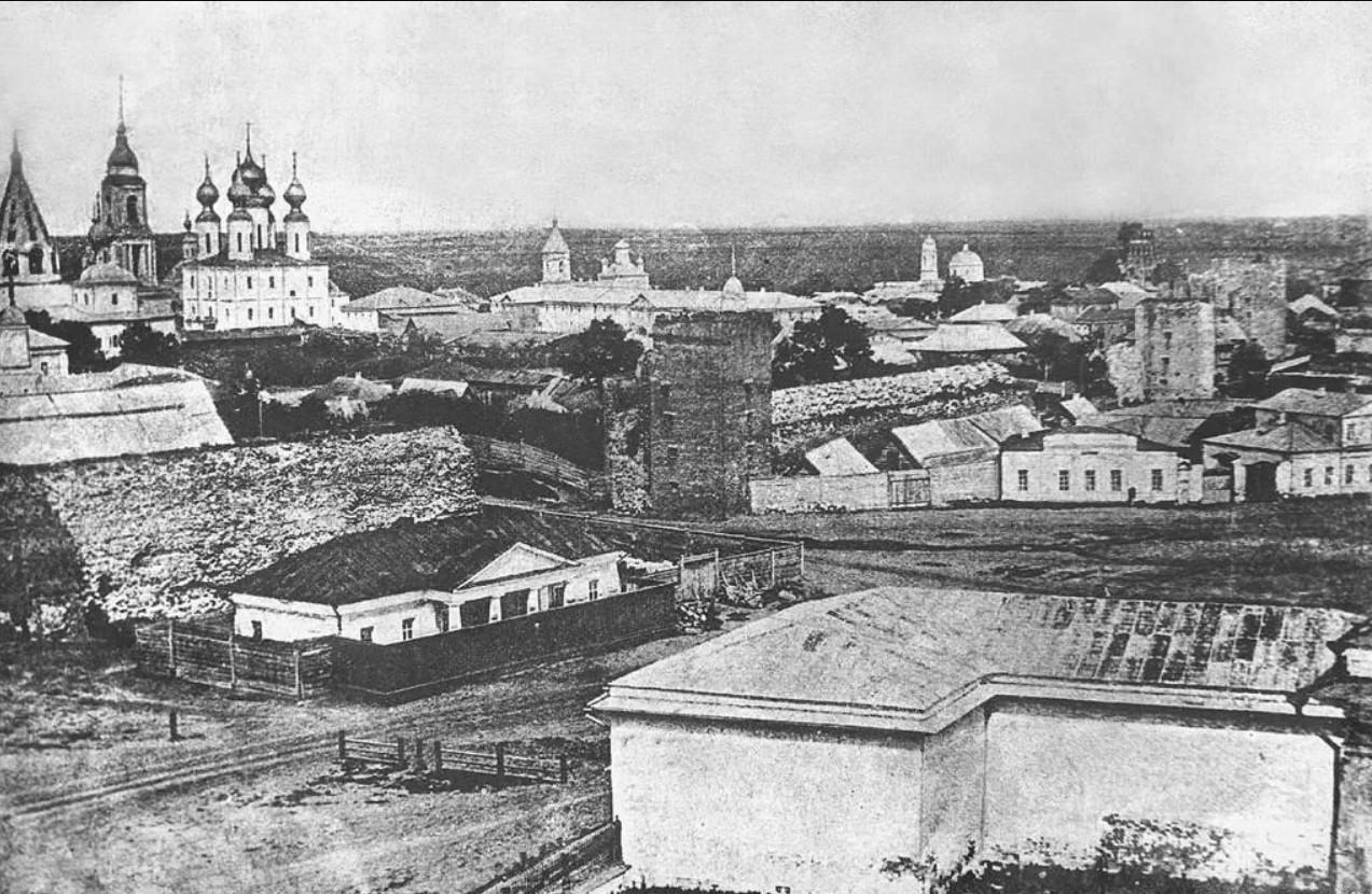 Кремлевская стена, Ново-Голутвин монастырь и Успенский собор