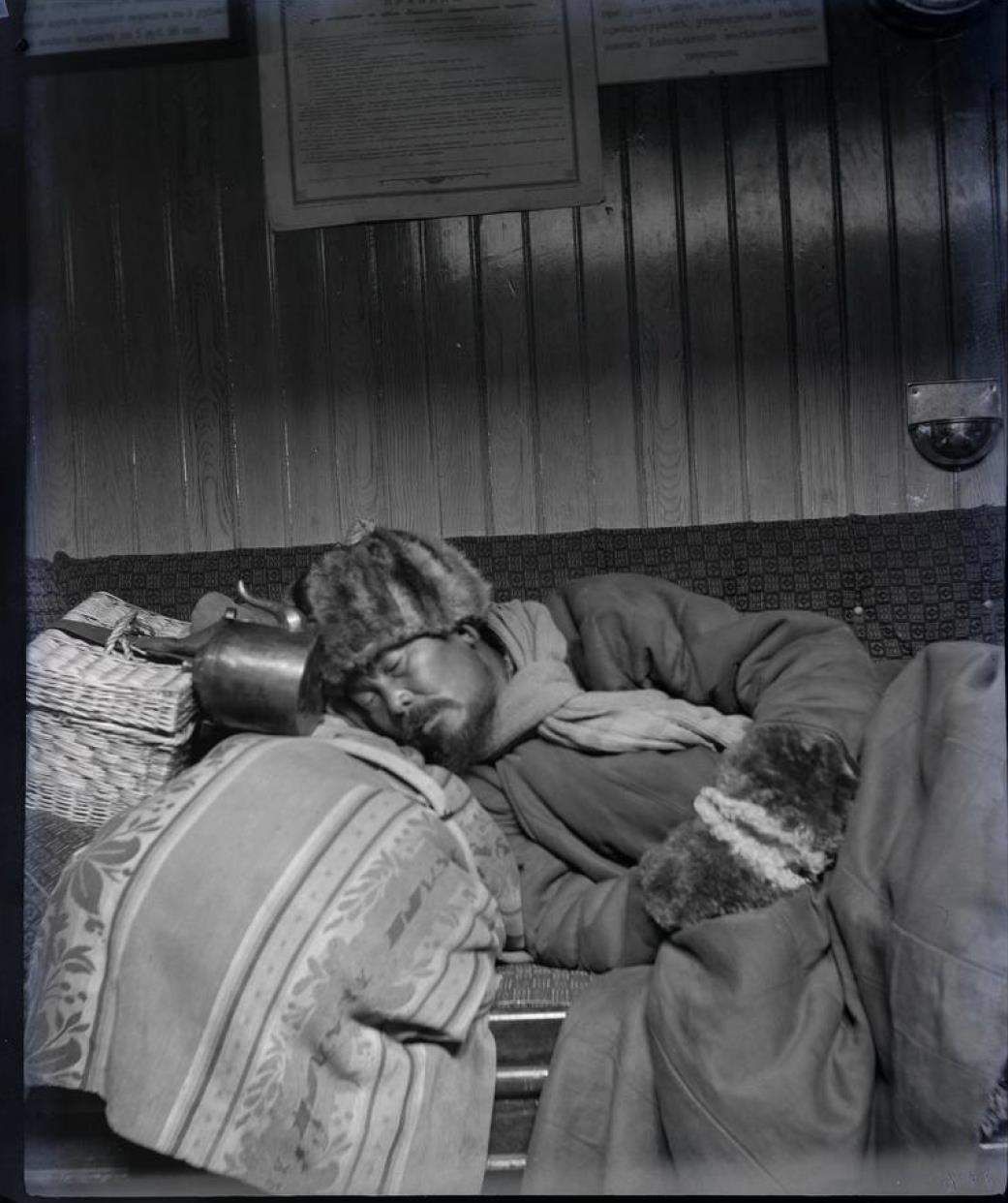 17. На борту ледокола-парома «Ангара». Спящий бурят, освещенный керосиновой лампой