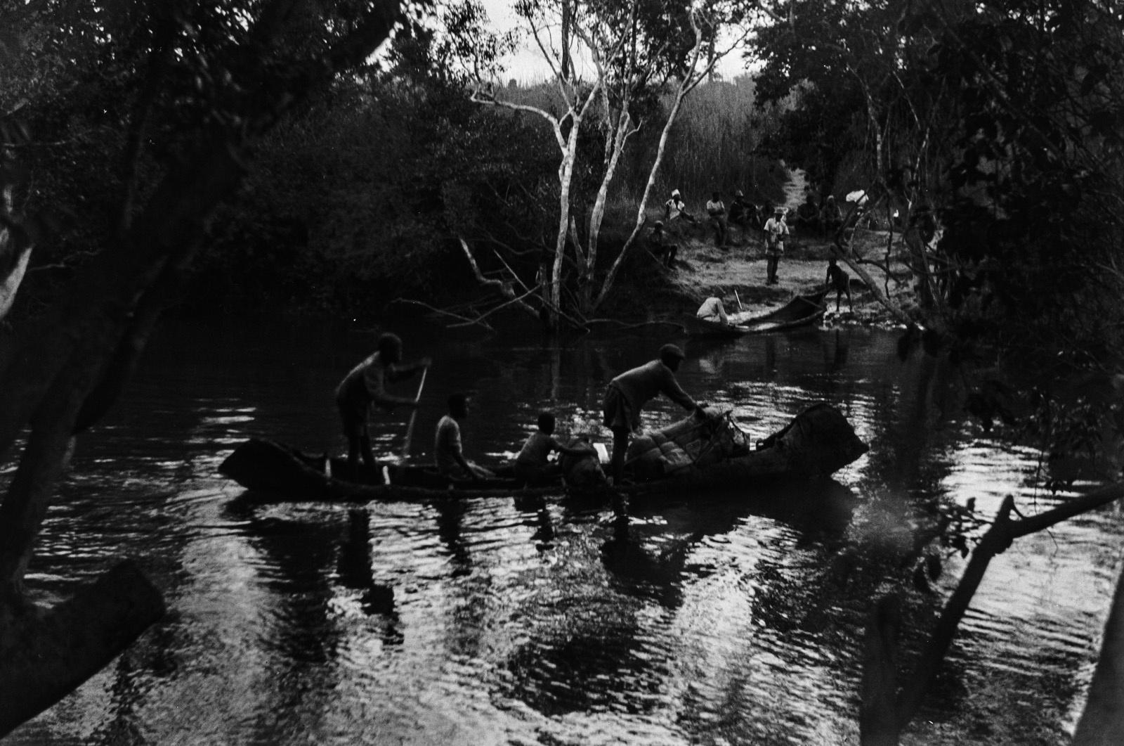 Между Лусвиши и Фунда. Чингола. На маленьких лодках по реке Лусвиши.