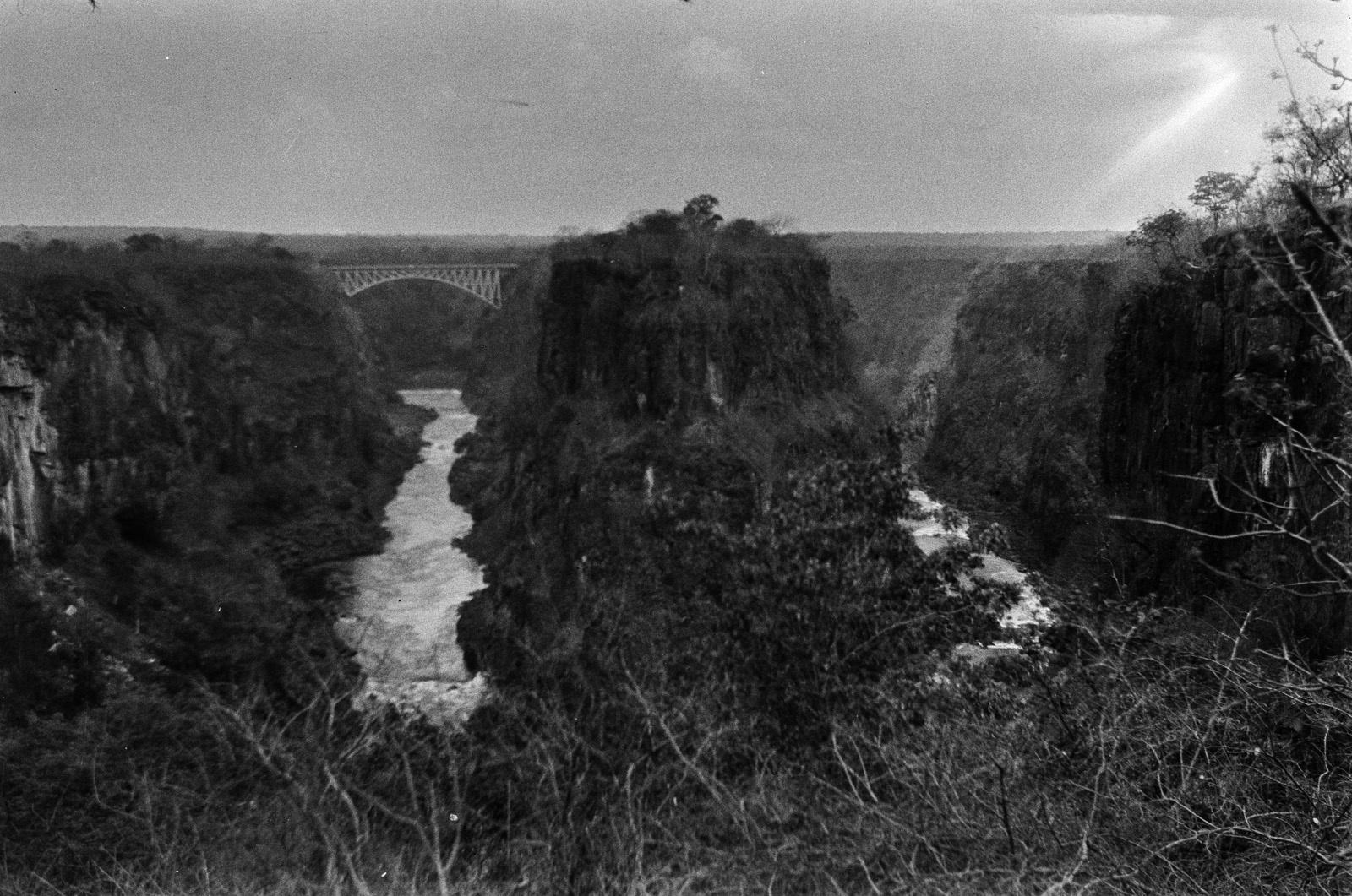 Водопад Виктория реки Замбези. Вид из отеля на ущелье водопада. На заднем плане - железнодорожный мост