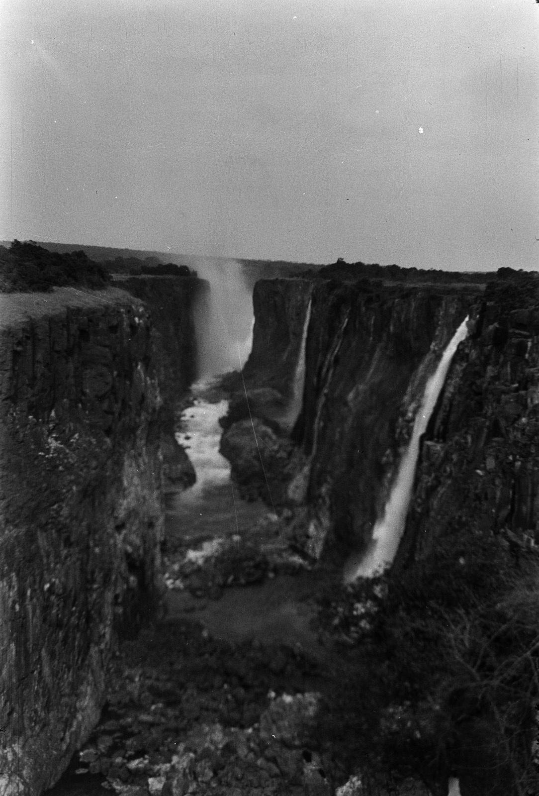 Водопад Виктория реки Замбези. Вид с северного родезийского берега вдоль каньона во время отлива