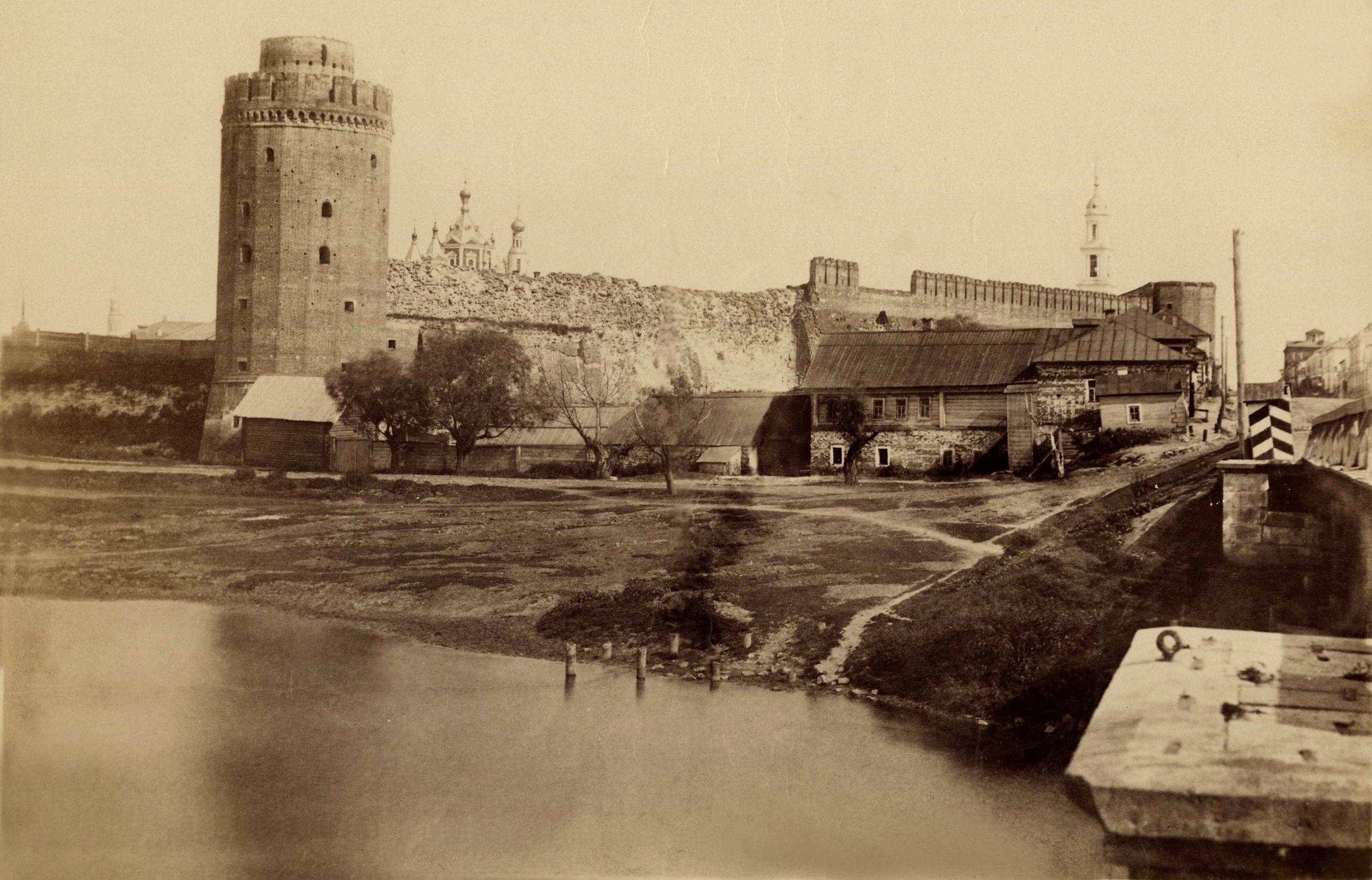 Вид от моста через реку Коломенку на Коломенский кремль. 184