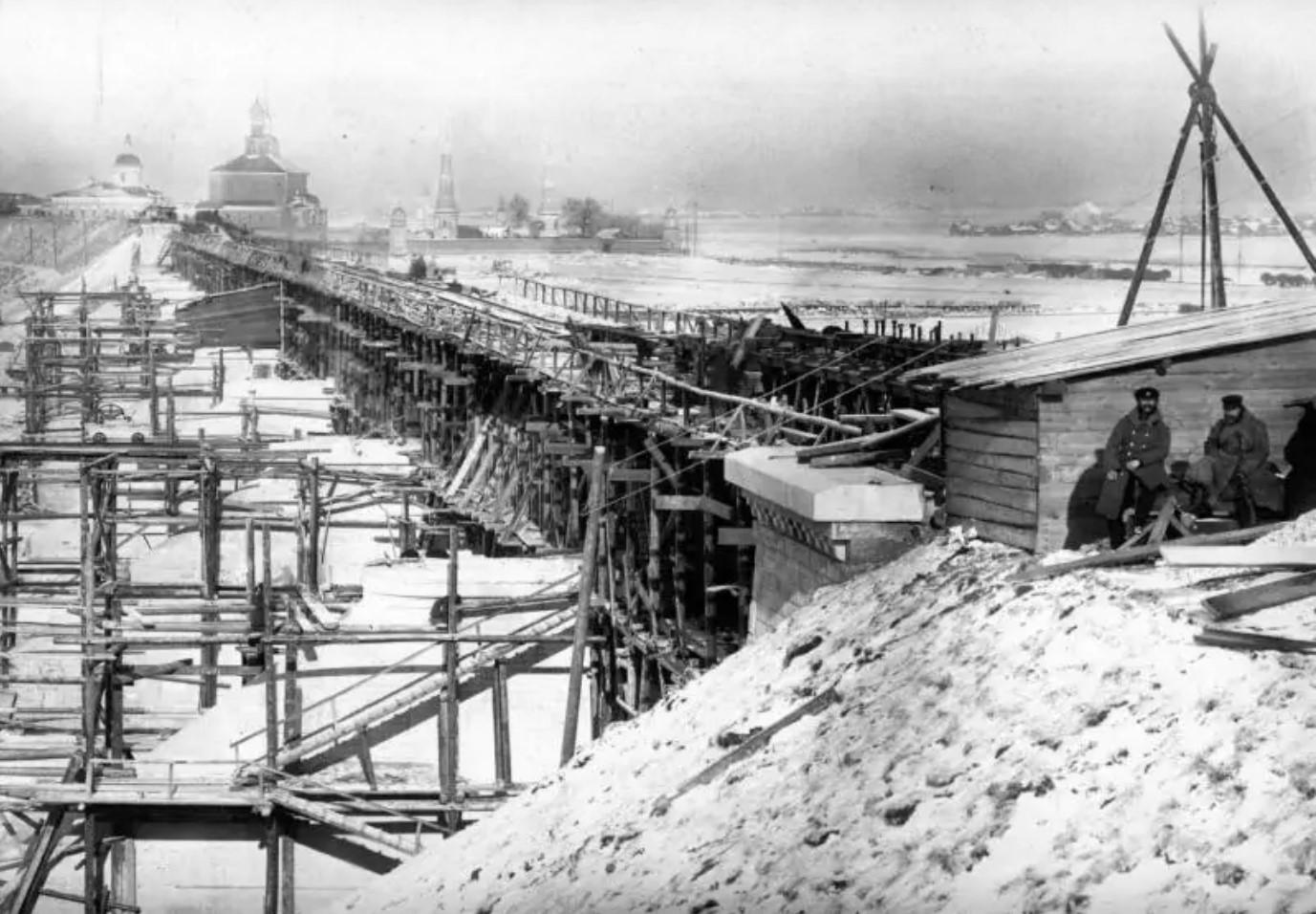 Вид с Рязанского берега реки Оки. На заднем плане Старо-Голутвин монастырь близ Коломны. 23 октября 1864.