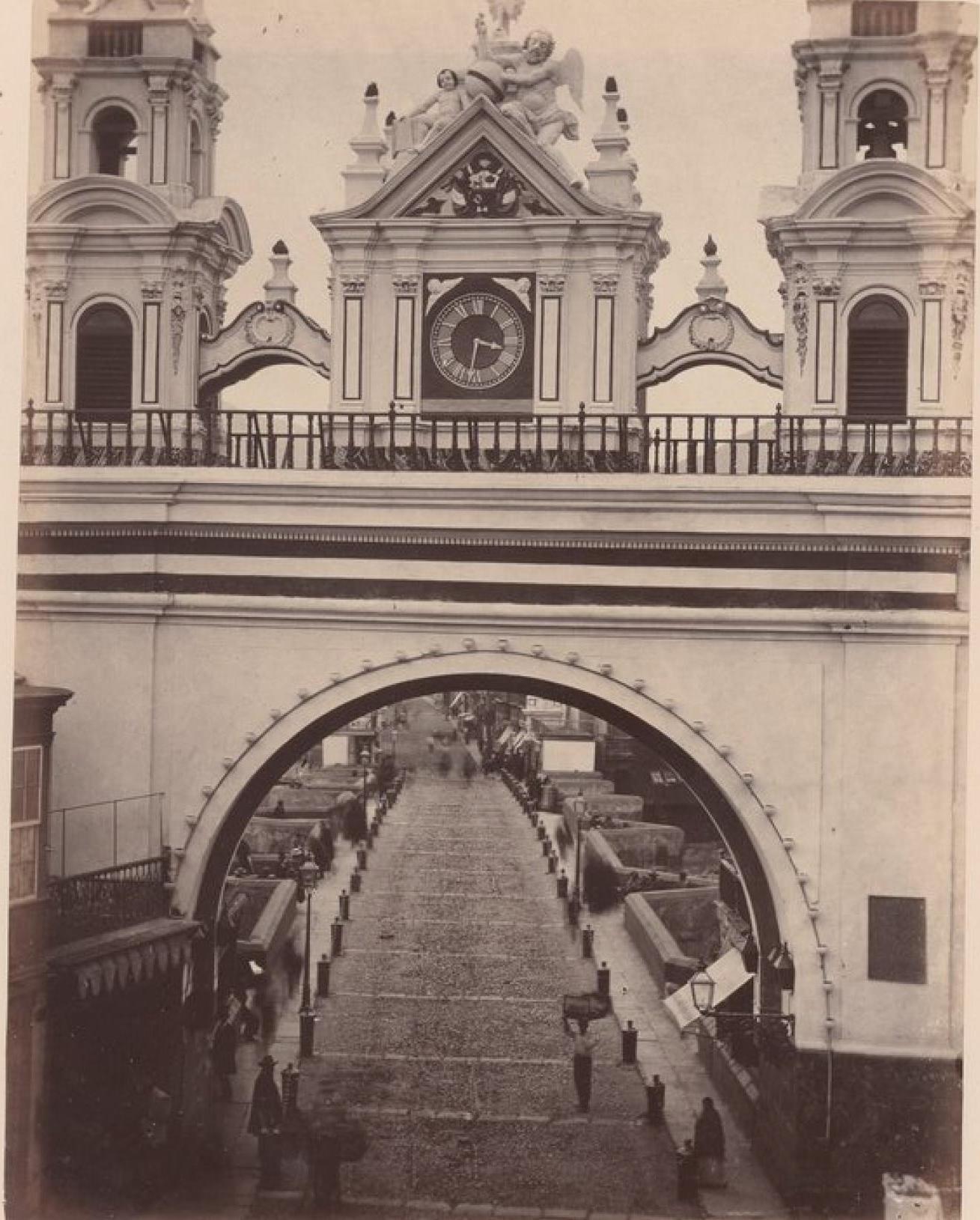 Лима. Арка у входа на мост Писарро