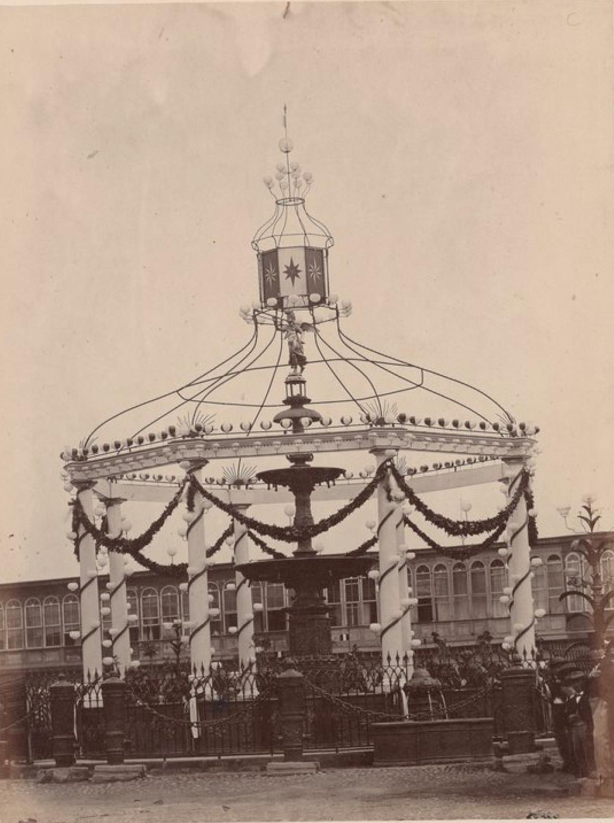Лима. Украшение общественного фонтана на Главной площади во время празднования 28 июля