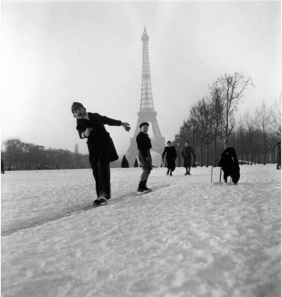 1945. Дети играют в снегу перед Эйфелевой башней