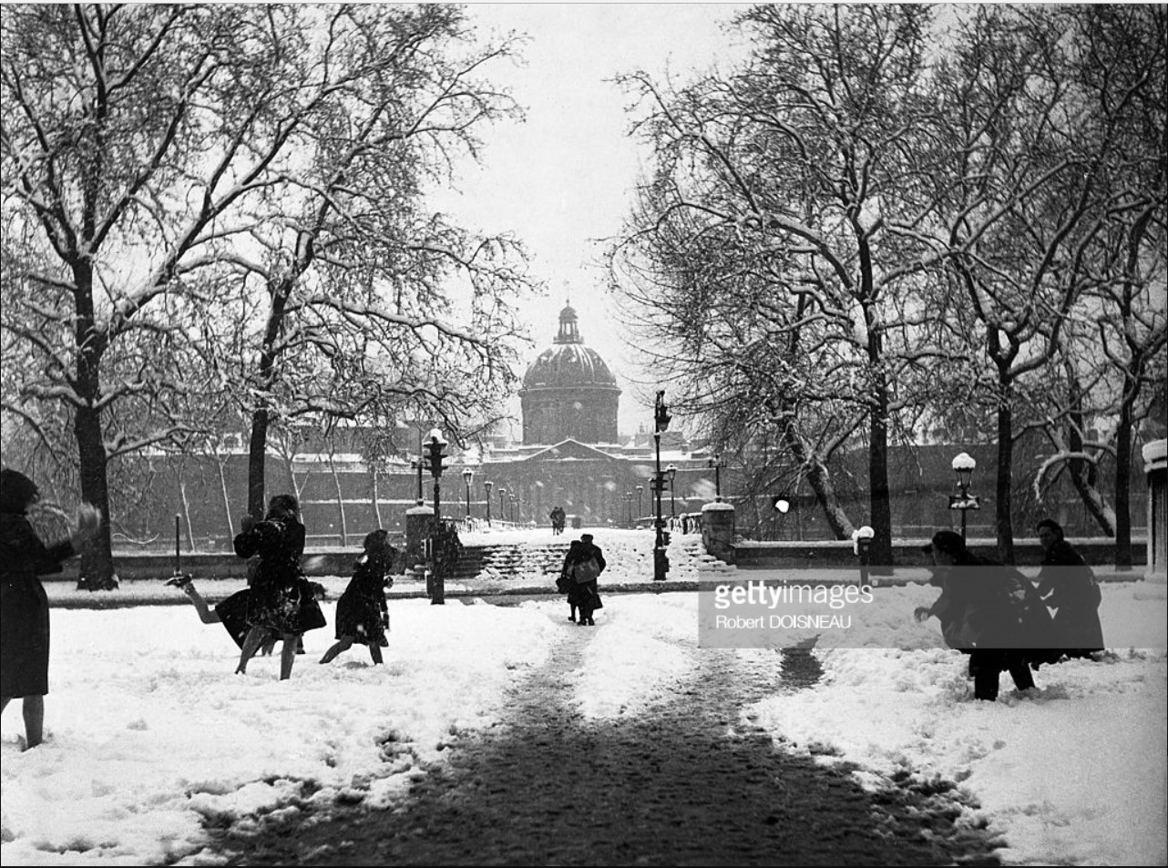 1945. Игра в снежки на Мосту Искусств. Париж