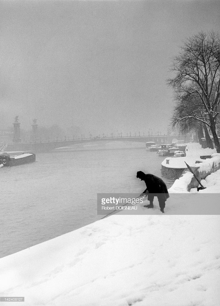 1945. Рыбак на берегу реки Сены