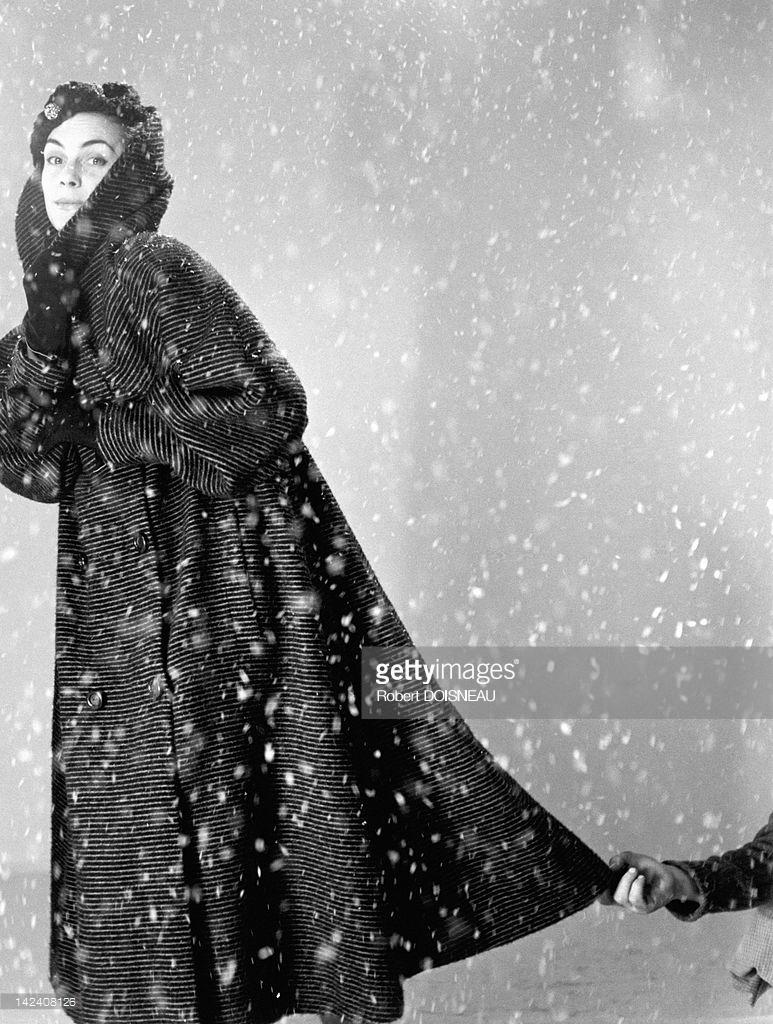 1951. Модель позирует в студии под искусственным снегом, Париж