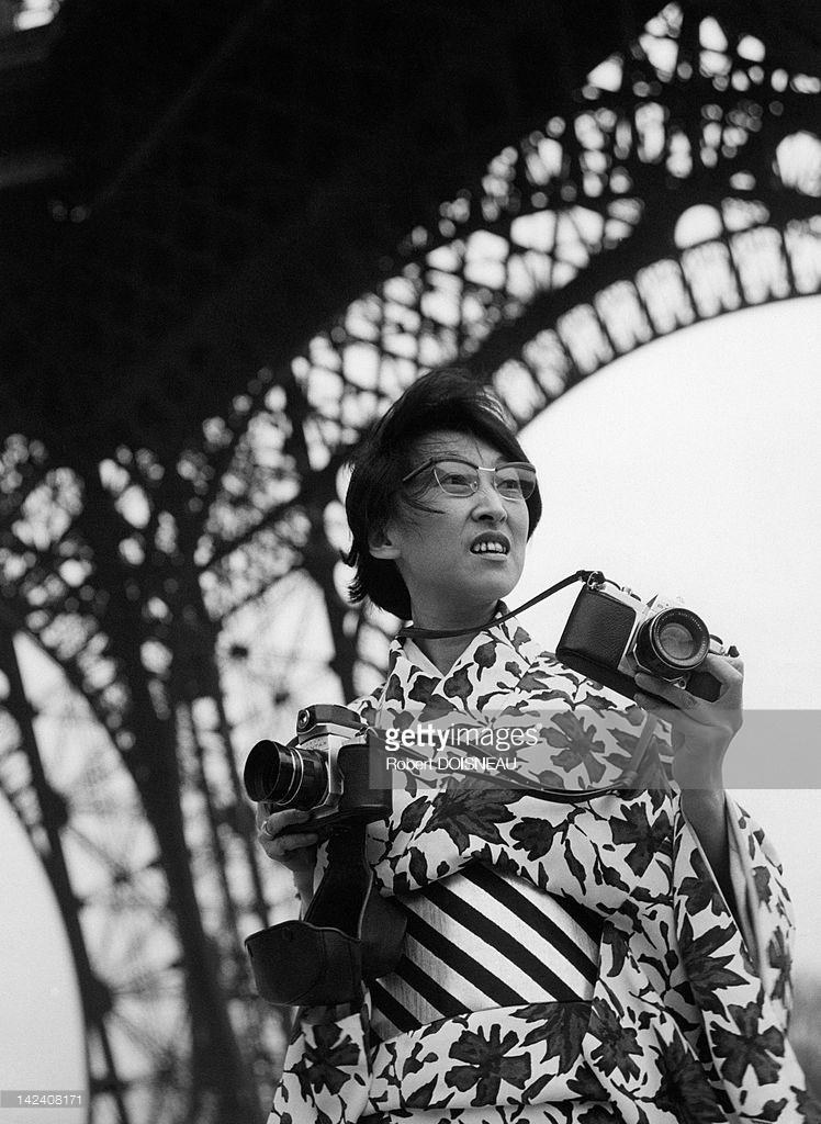 1964. Йоши фотографирует Эйфелеву башню,