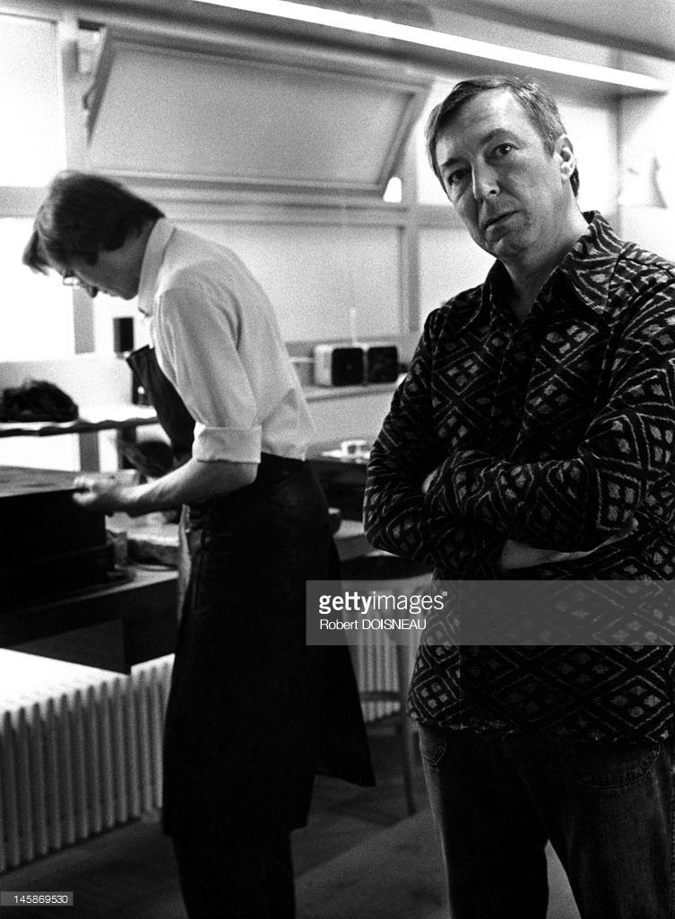 1975. Художник Джаспер Джонс в гостях у принтмейкера Альдо Кроммелинка на улице Гренель, 172 в Париже. 18 июля.
