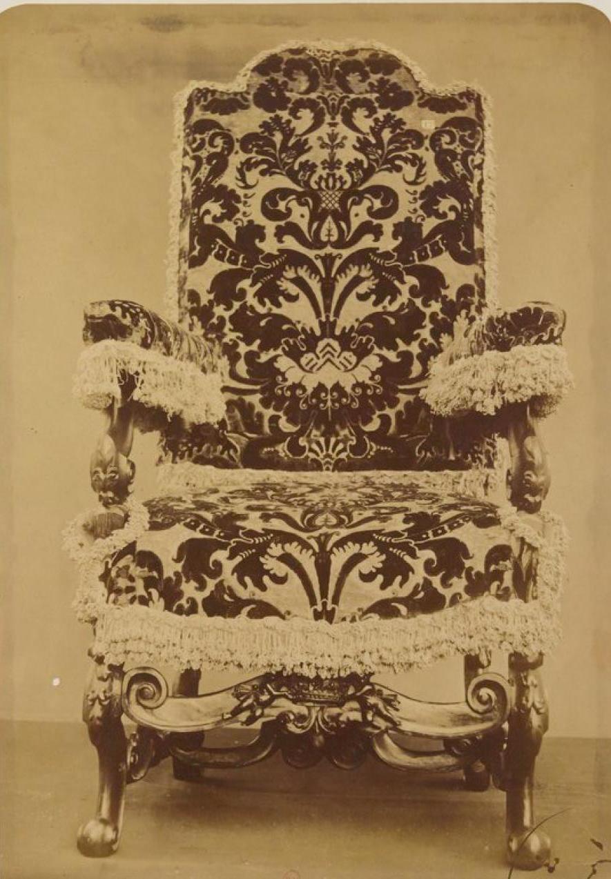 Кресло, покрытое генуэзским бархатом