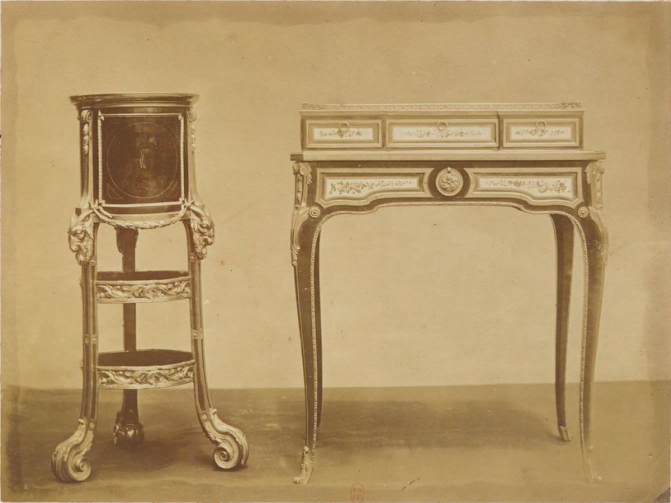 Маленькая этажерка; стол, инкрустированный дисками из севрского фарфора