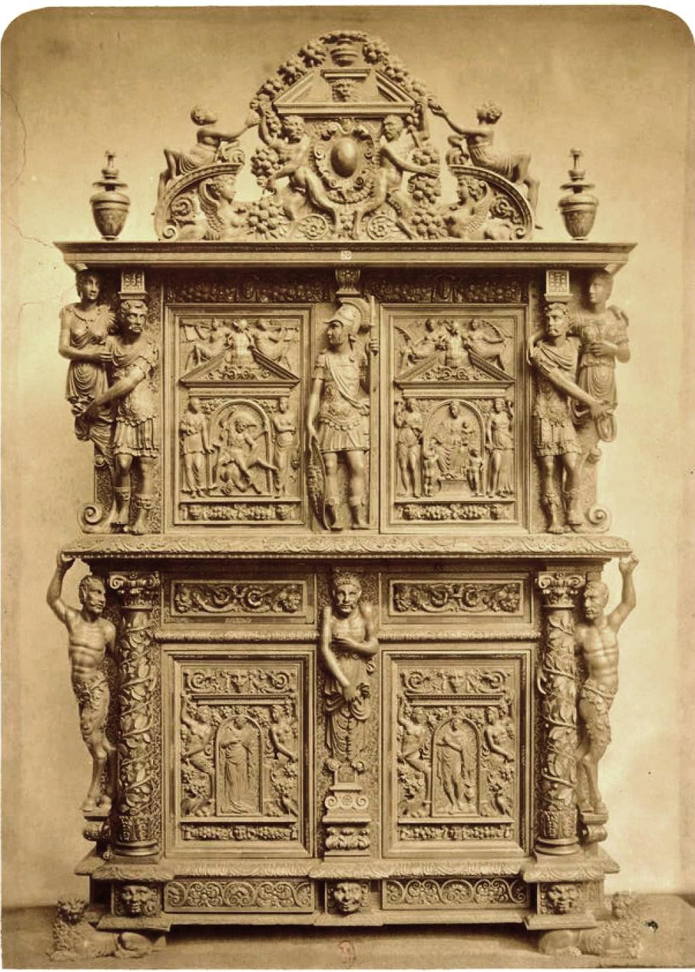 Резной шкаф из орехового дерева (1540-1590)