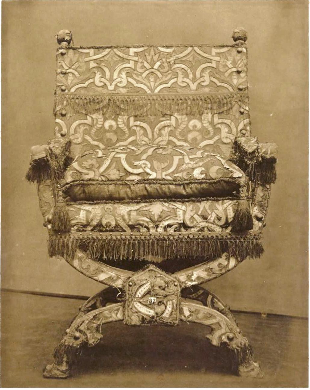 Стул, покрытый вышитым шелком (ок. 1600)