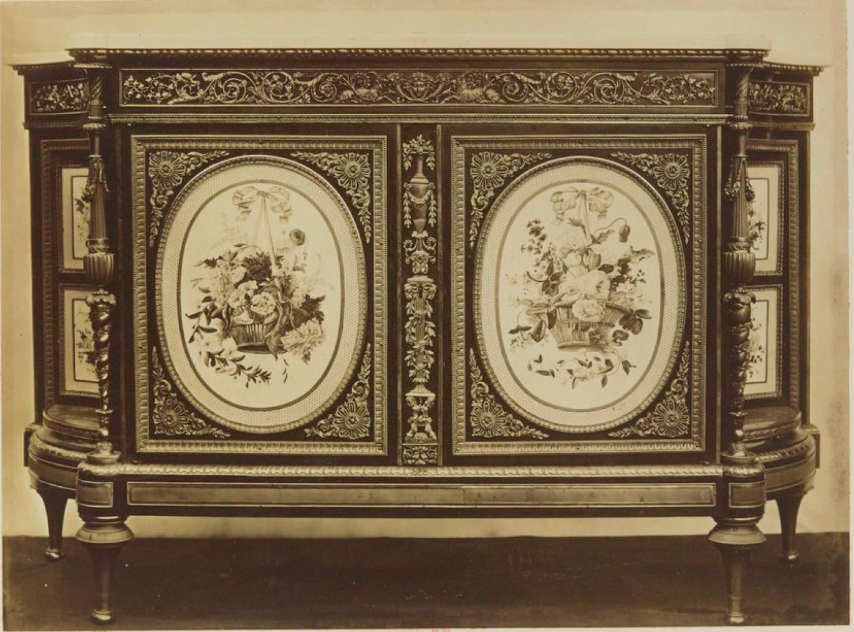 Шкаф, инкрустированный дисками из Севрского фарфора (1780)