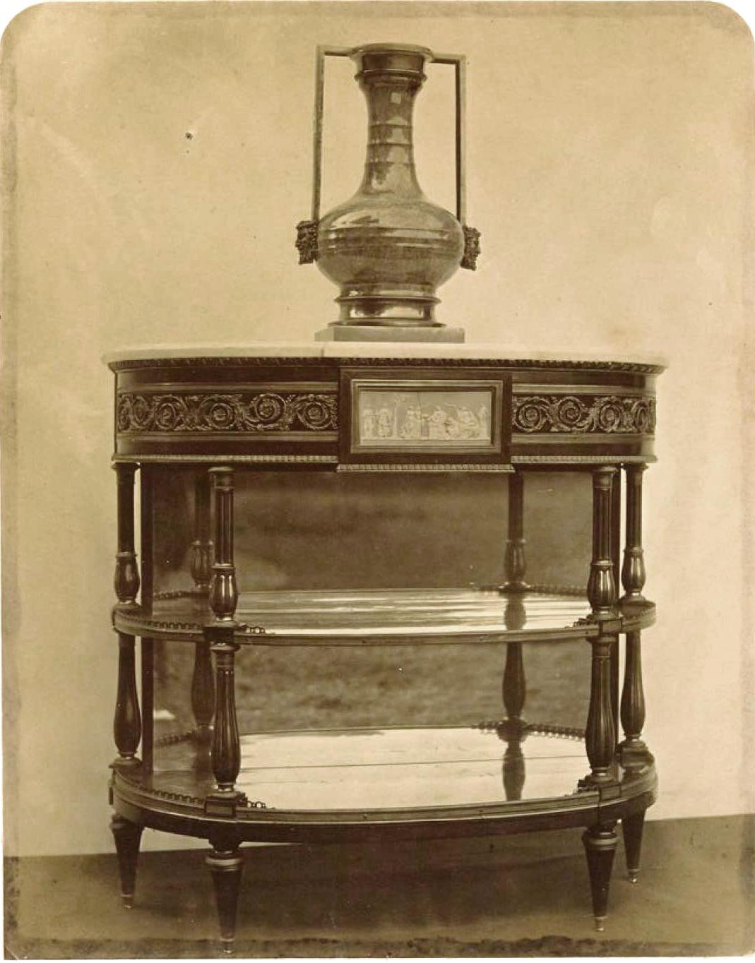 Этажерка с дисками из старого веджвудского фарфора (1780-1790)