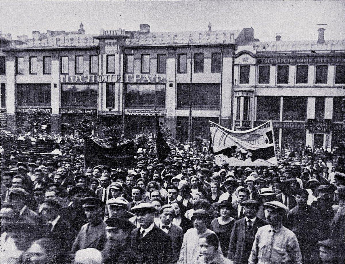 1927. Демонстрация на площади Воровского в ответ на ноту британского правительства с требованиями к СССР