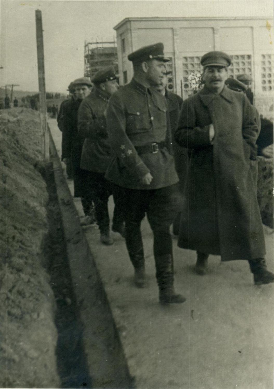 1937. Осмотр Сталиным насосной станции №183 шлюза № 3 канала Москва-Волга