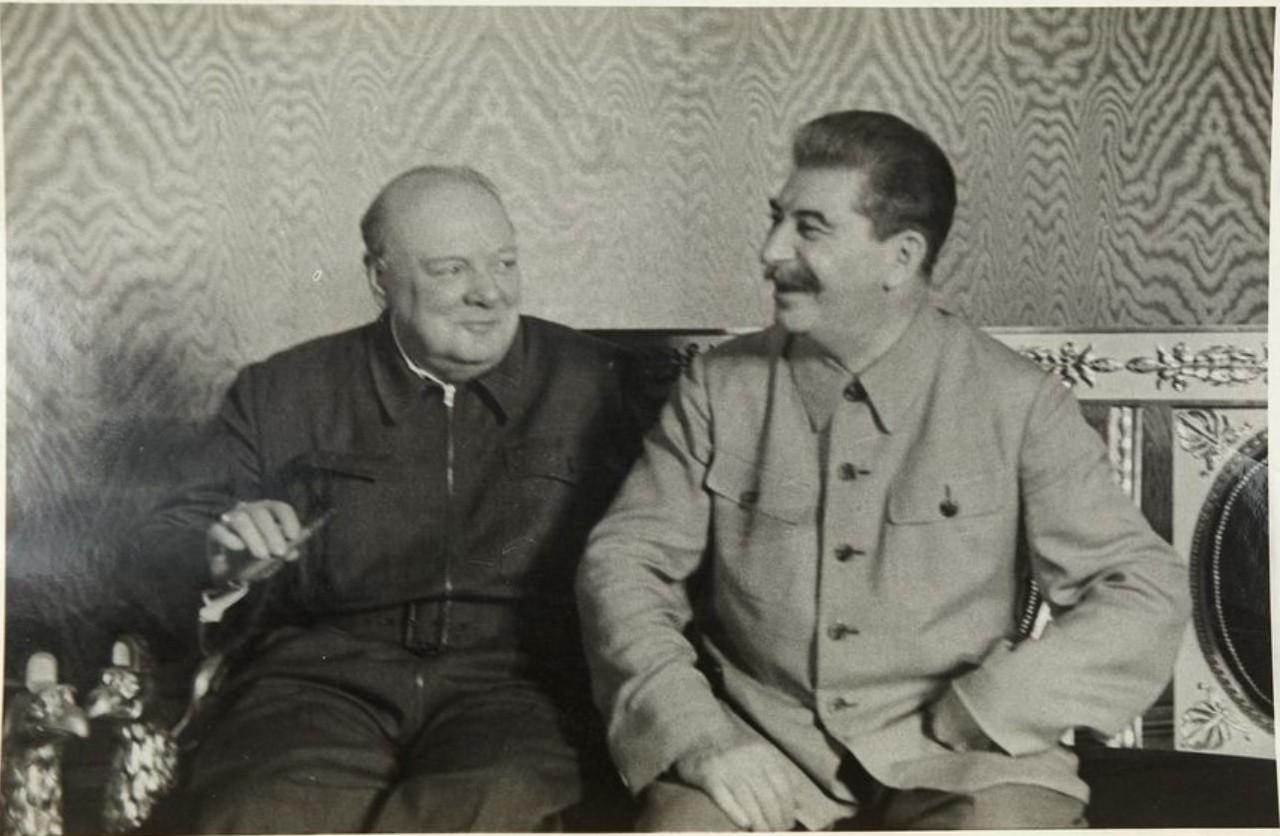 1942. Фото Верховного Главнокомандующего СССР И. В. Сталина и премьер-министра Великобритании Уинстона Черчилля в Кремле во время визита последнего в Москву 12.08