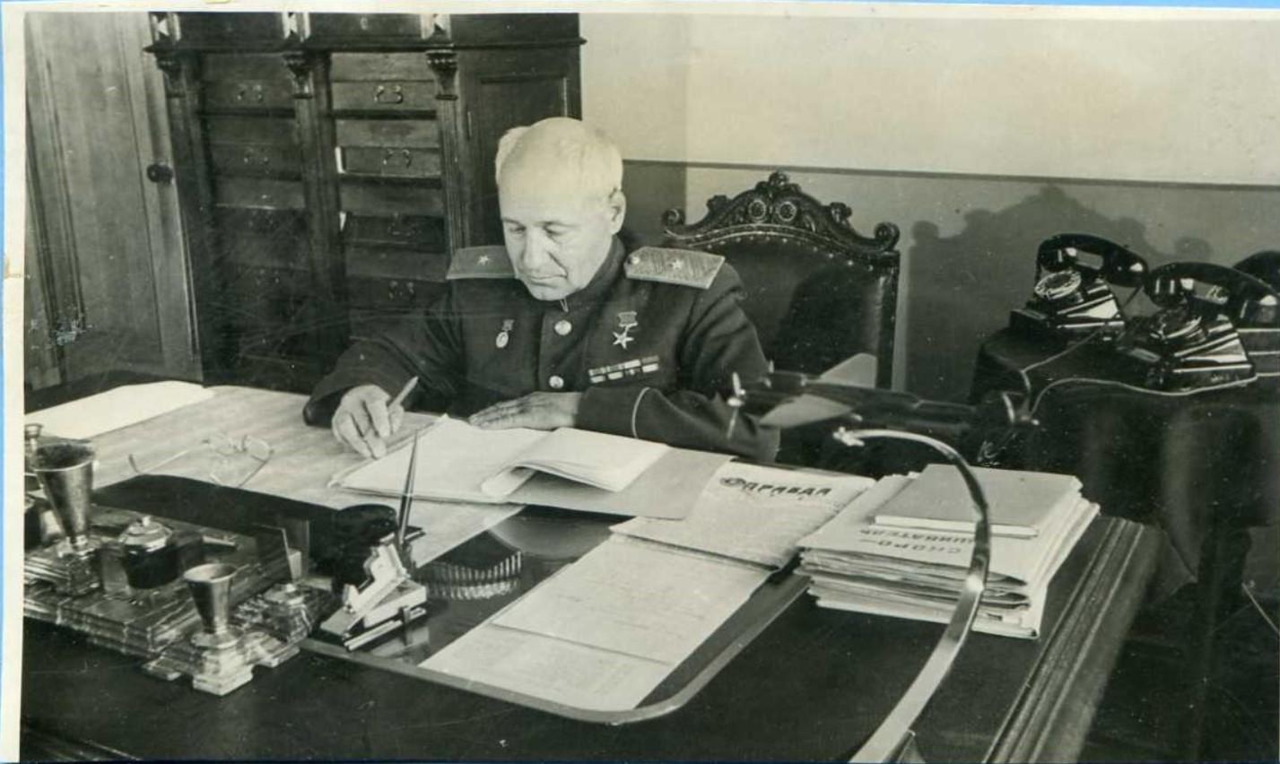 1947. А.Н.Туполев в рабочем кабинете. 1.8.
