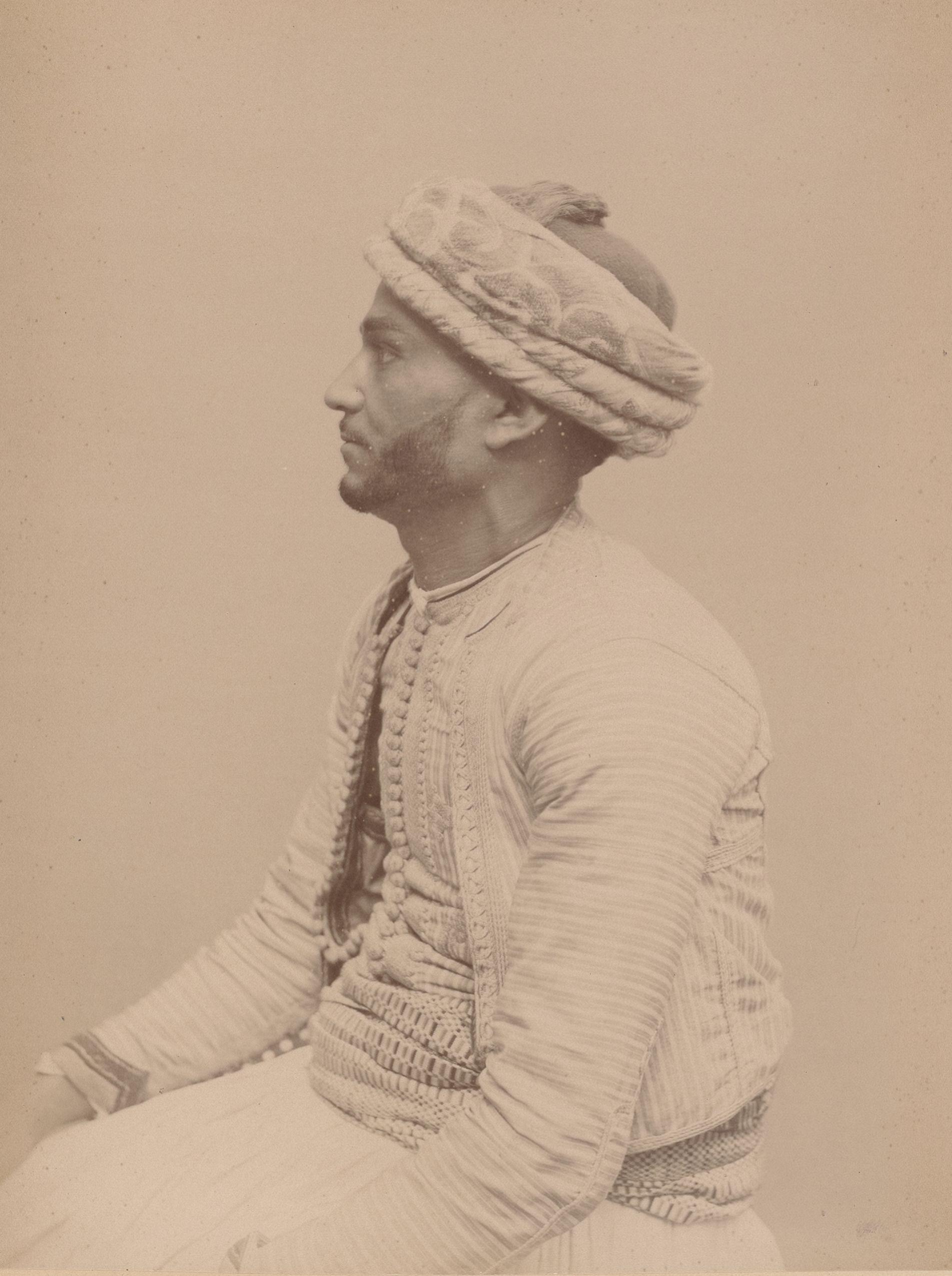 Баг Али 28 лет, родившийся в Алжире, Кауаджи (вид сбоку)