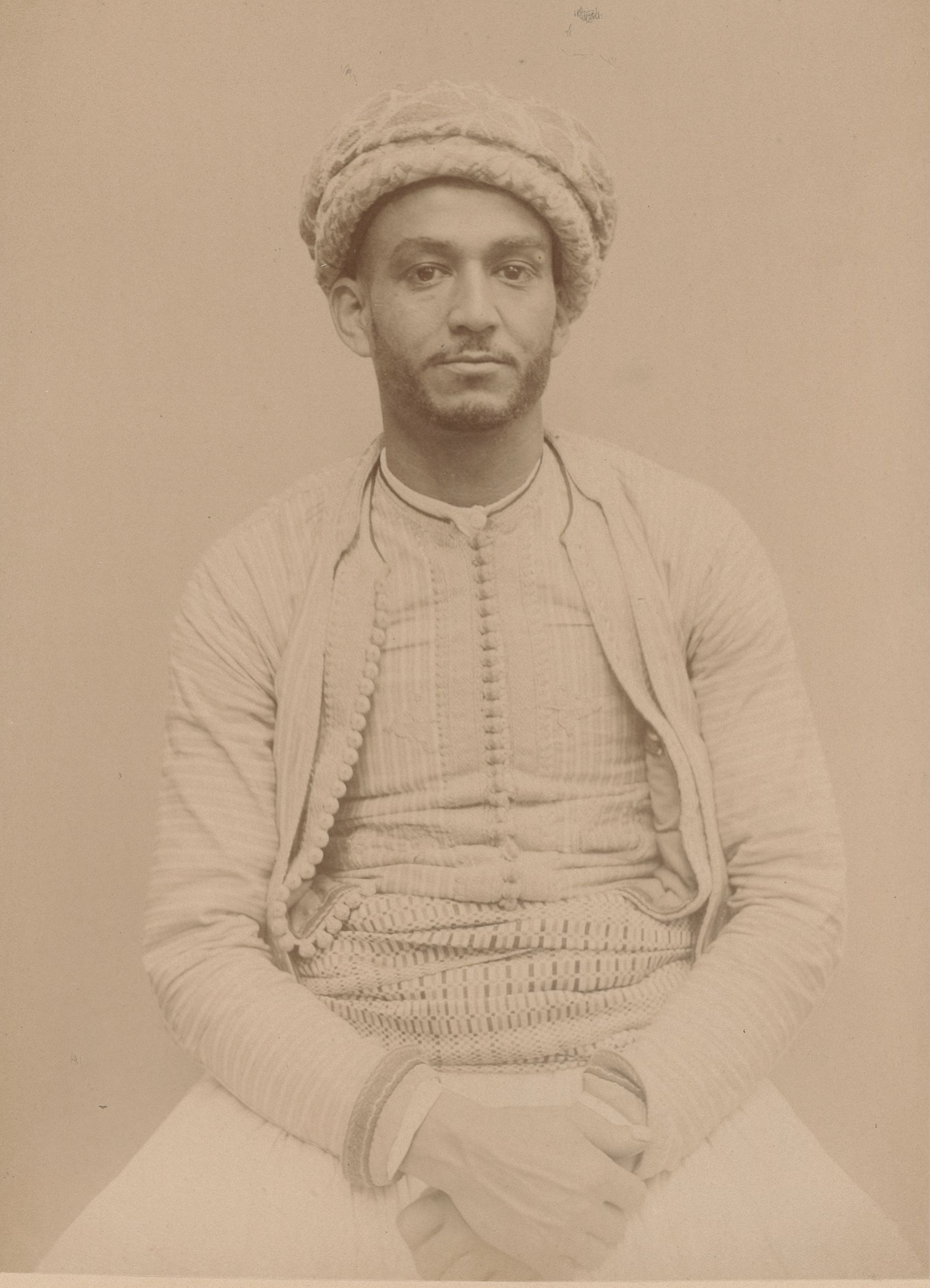 Баг Али 28 лет, родившийся в Алжире, Кауаджи (вид спереди)