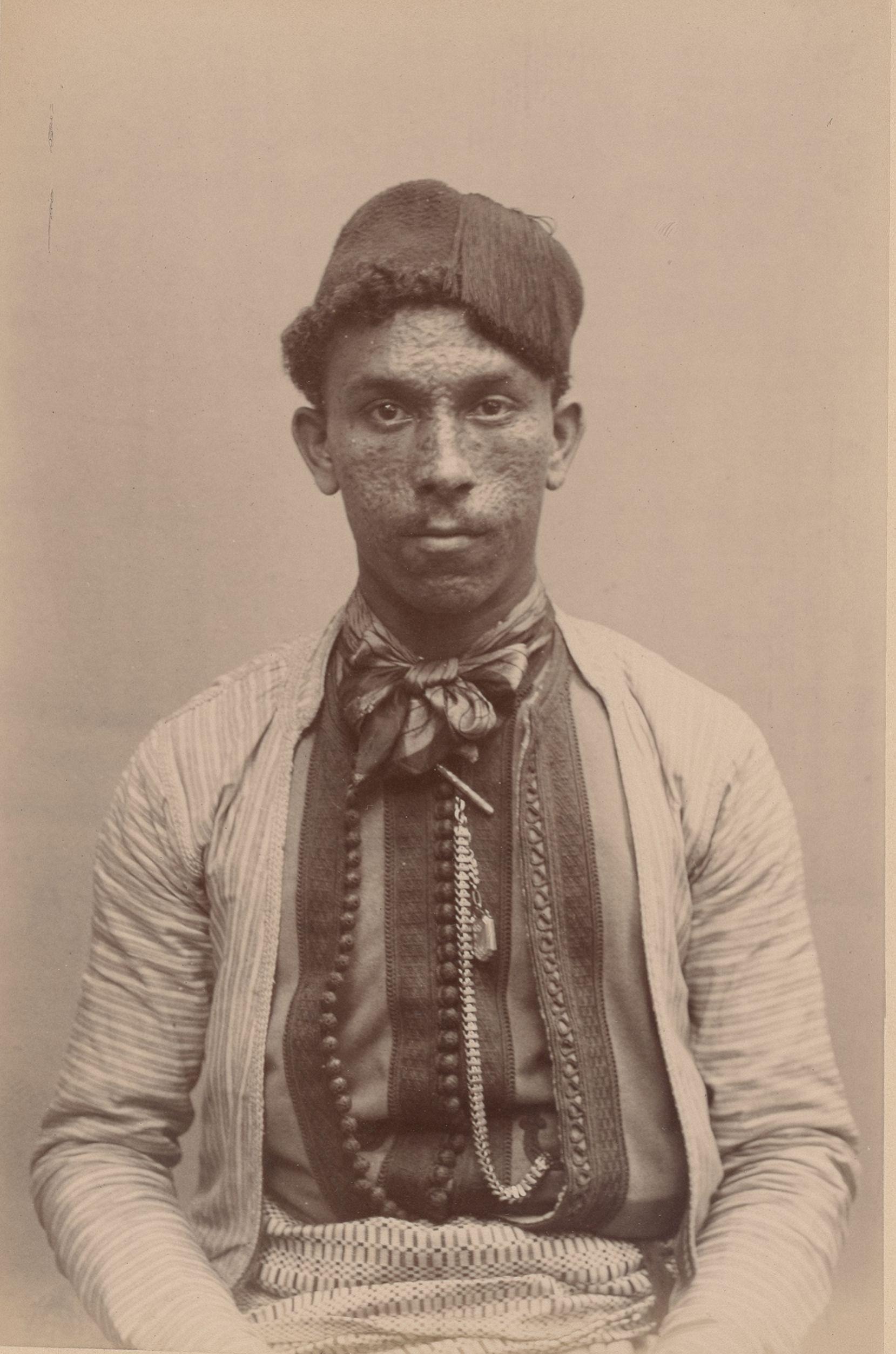 Бассар 24 года, Алжир. (Айссауа). Позументщик (вид спереди)