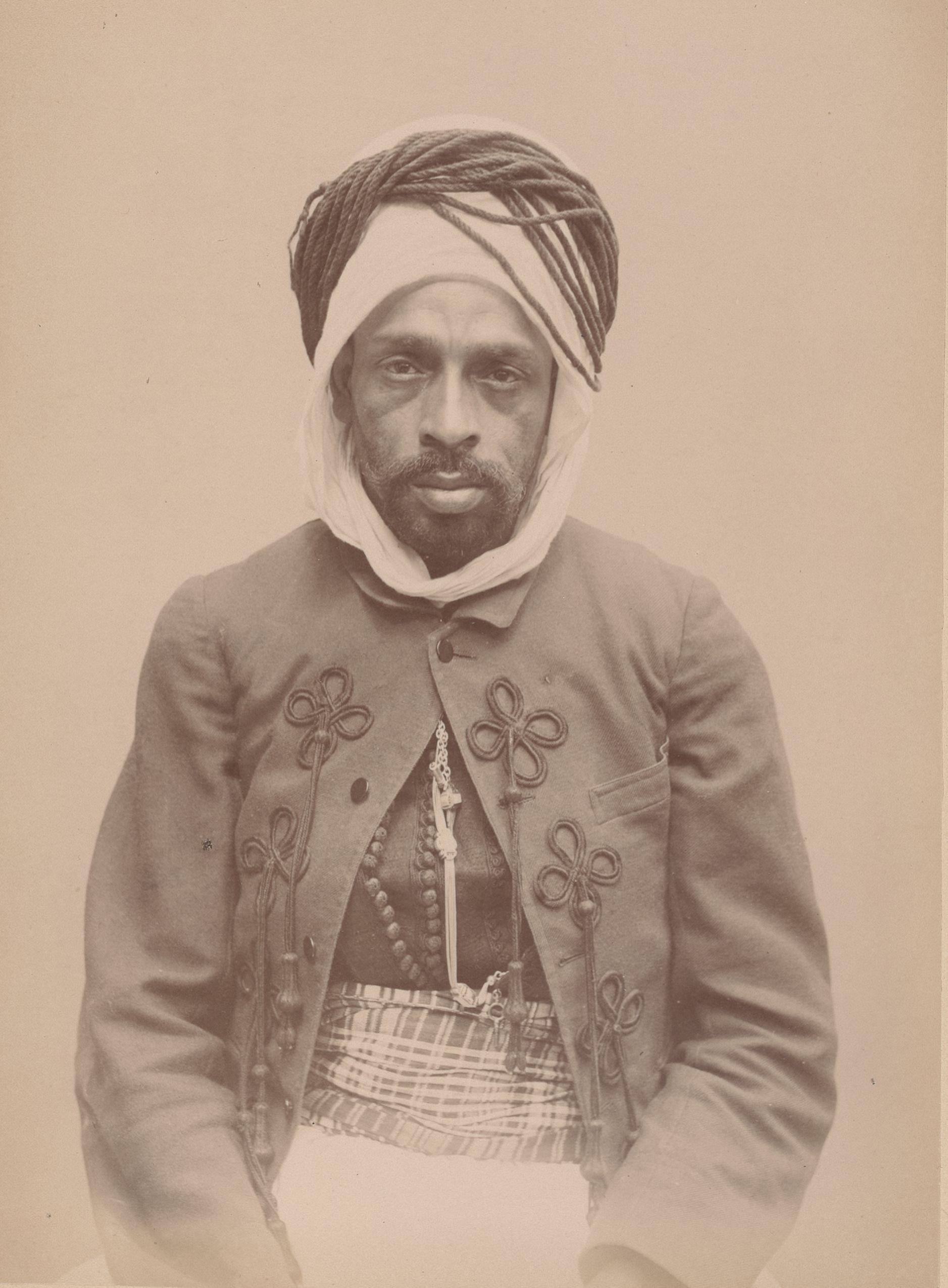 Брахим бен Айсак 31 год, родился в Ордайе (вид спереди)