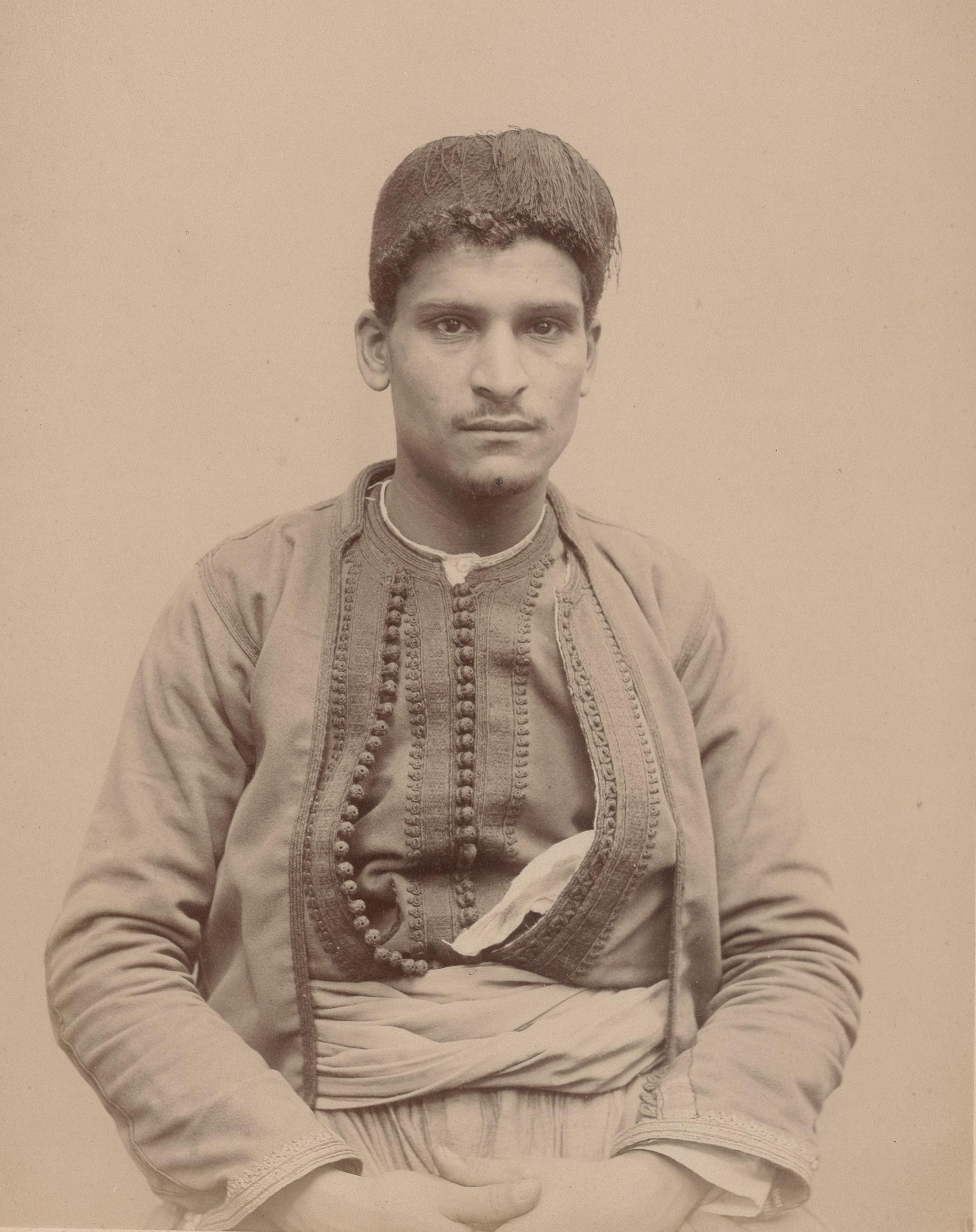 Кэддур. 28. Алжир (Айссауа). Позументщик (вид спереди)