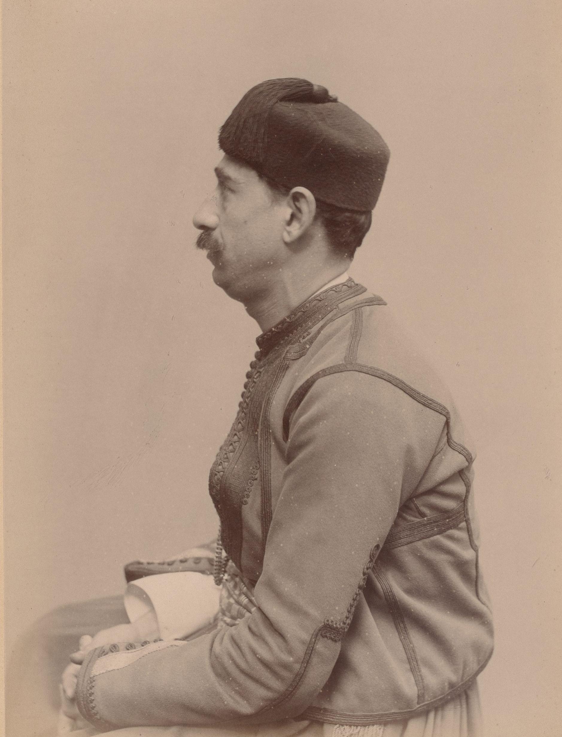 Лабан Серор (музыкант), родившийся в Алжире, 30 лет (вид сбоку)