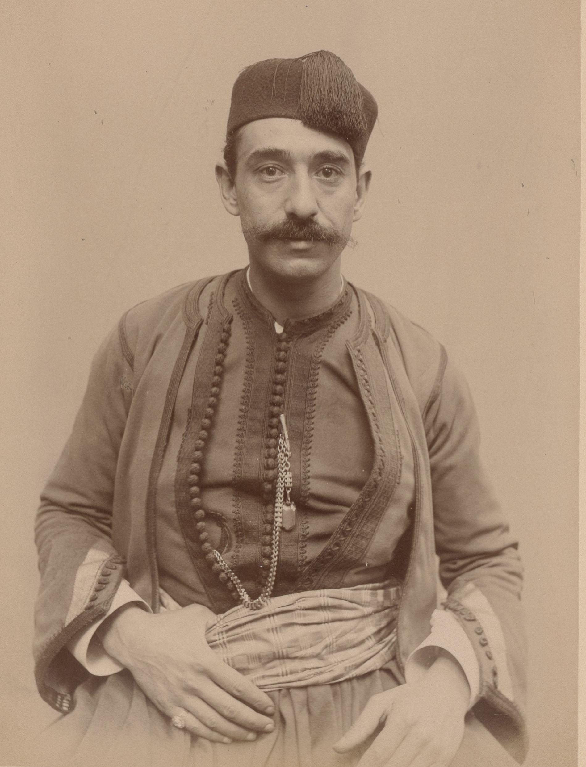 Лабан Серор (музыкант), родившийся в Алжире, 30 лет (вид спереди)