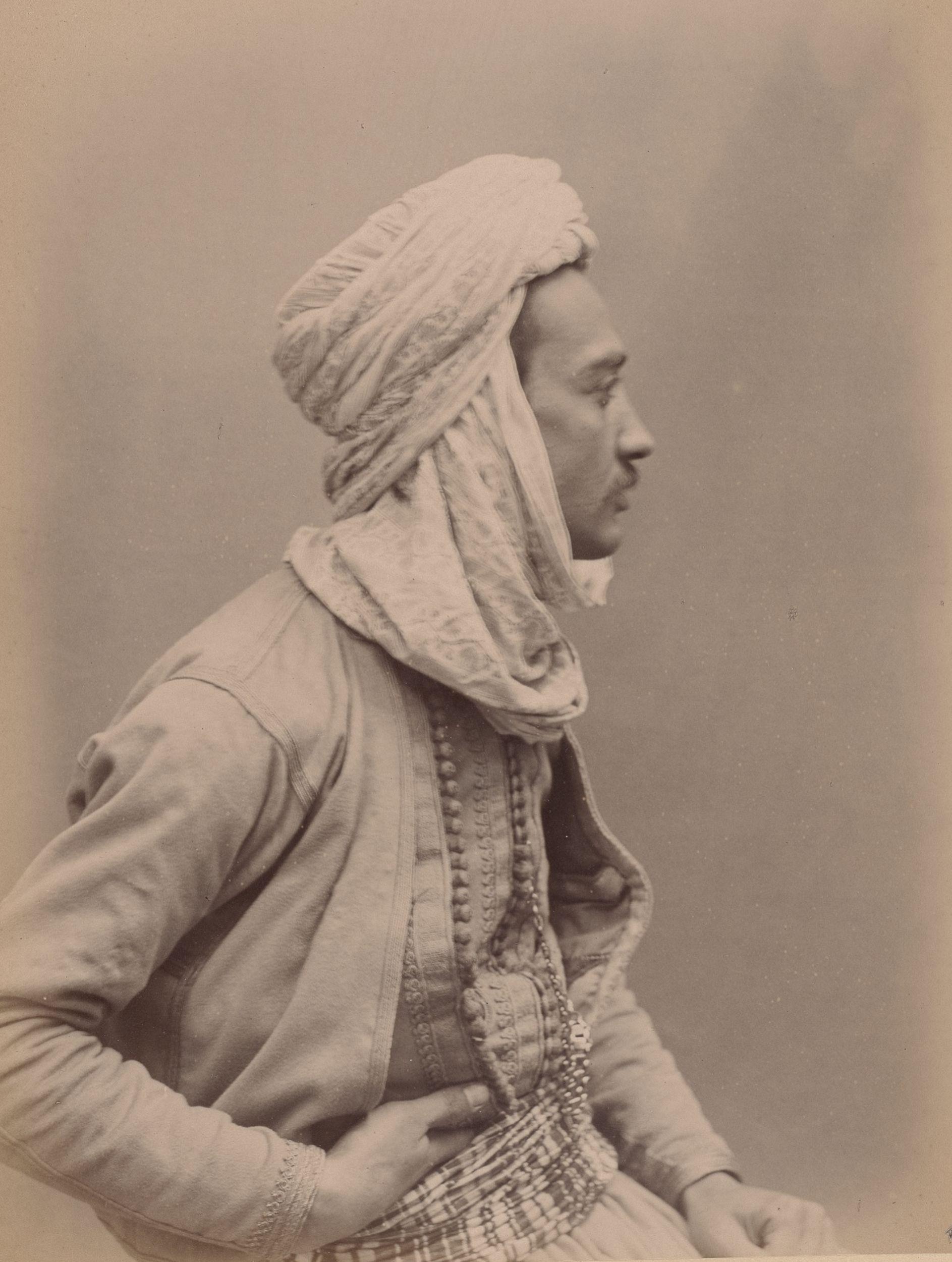 Лунис Аббебрахэм 28 лет,  музыкант (вид сбоку)